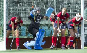 AMSTELVEEN - Verdediging van Nijmegen bij de strafcorner tijdens de hoofdklasse hockeywedstrijdstrijd tussen de vrouwen van Amsterdam en Nijmegen (4-0). COPYRIGHT KOEN SUYK
