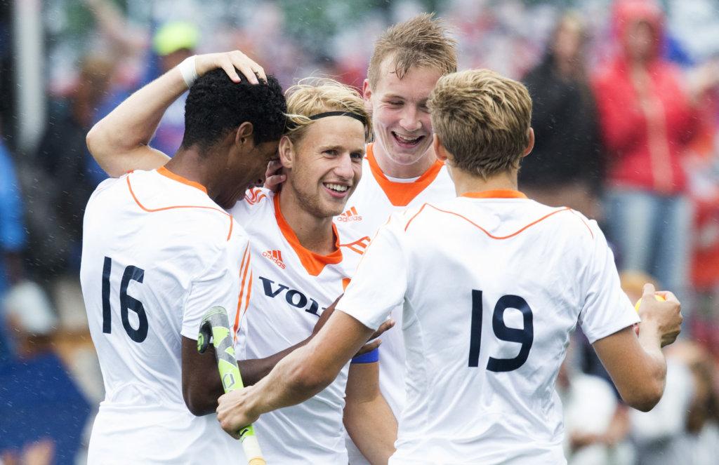 BREDA - Dennis Warmerdam (2e van links) heeft de stand op 4-2 gebracht tijdens de wedstrijd tussen de mannen Nederland en Nieuw Zeeland om plaats 5 bij het Volvo Invitatie Toernooi U21 (4-2). COPYRIGHT KOEN SUYK