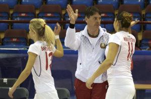 MINSK EuroHockey Indoor Championship (Women) BLR v AUT (Pool B) foto: Herman Kruis Head Coach thanks his girls. FFU PRESS AGENCY COPYRIGHT FRANK UIJLENBROEK