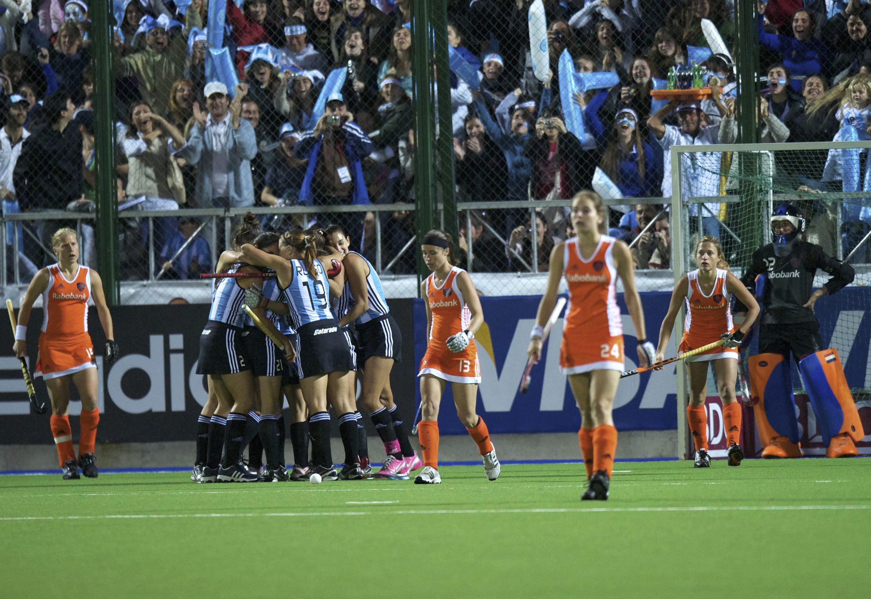 ROSARIO - WORLDCUP HOCKEY WOMAN Wereld kampioenschap hockey dames Final finale Netherlands v Argentina Argentinie viert een feestje bij het eerste doelpunt, Joyce Sombroek (R) en Janneke Schopman links. FFU PRESS AGENCY COPYRIGHT FRANK UIJLENBROEK