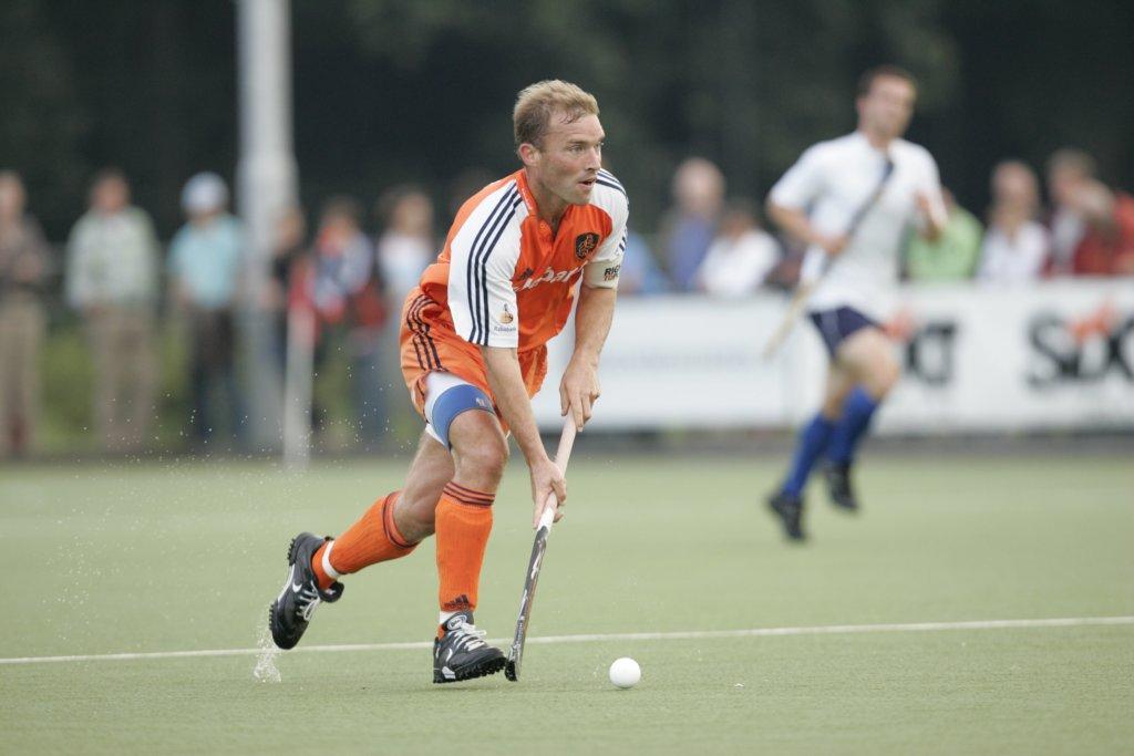 070803 Interland Nederland-Frankrijk 7-1, Amersfoort. Aanvoerder Jeroen Delmee in actie tegen Frankrijk.