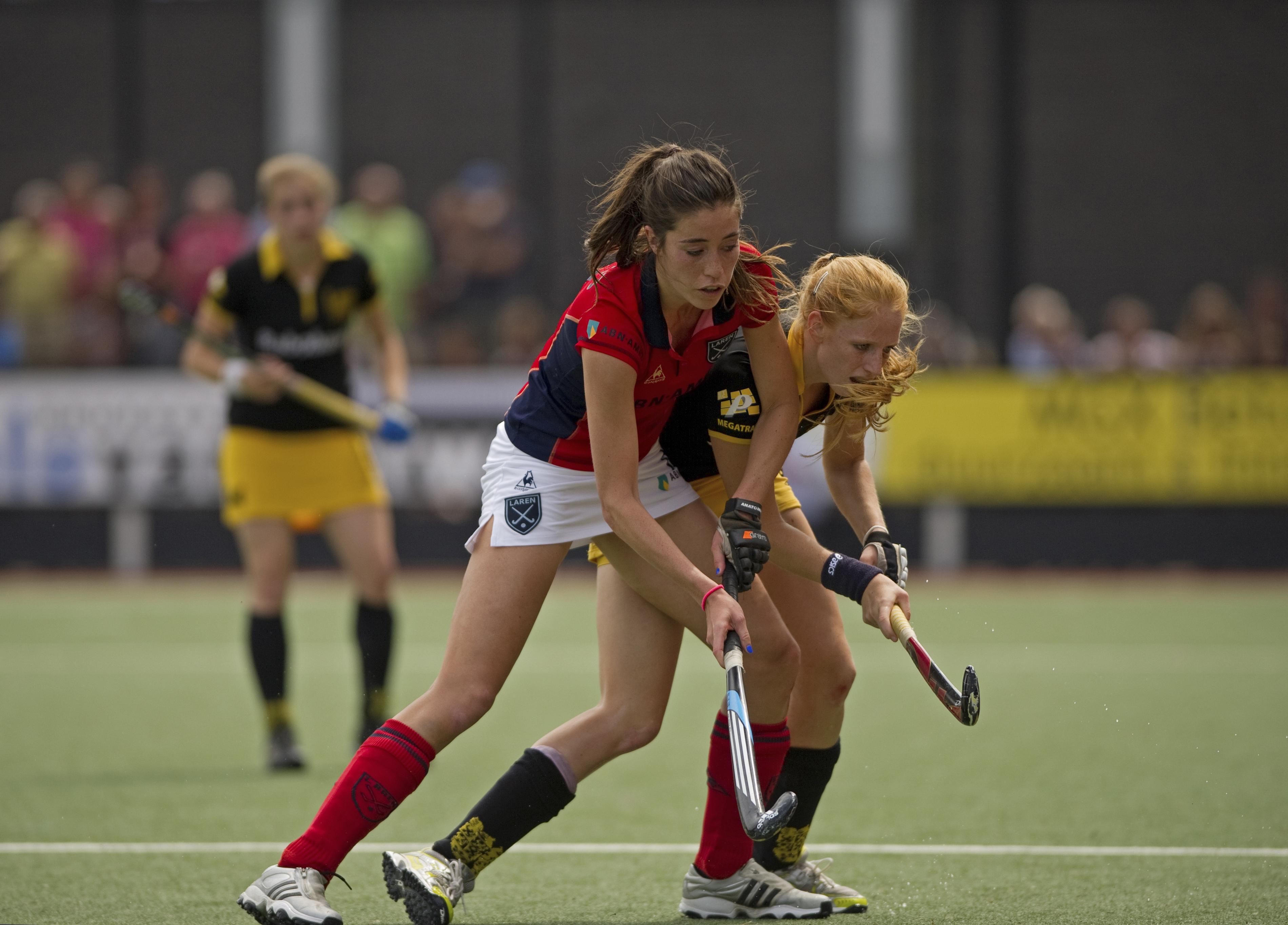 Naomi van As (links) in duel met Margot van Geffen (rechts)