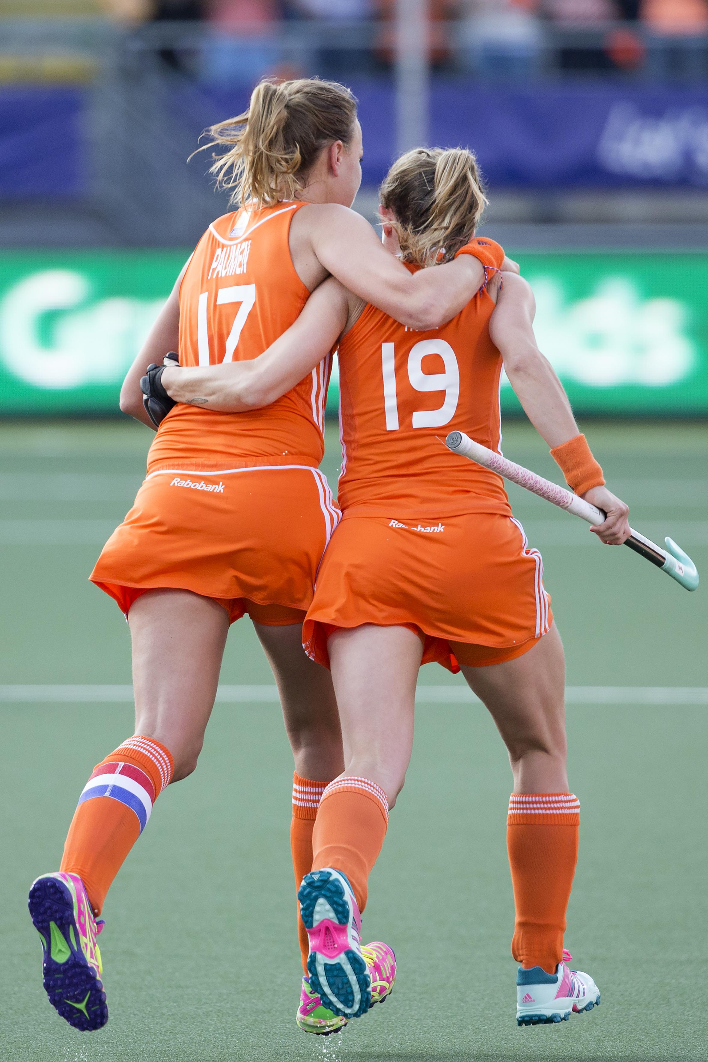 THE HAGUE - Rabobank Hockey World Cup 2014 - 12-06-2014 - WOMEN - SEMI-FINAL THE NETHERLANDS - ARGENTINA 4-0 - Maartje PAUMEN scoort met een strafcorner. Rechts Ellen Hoog. Copyright: Willem Vernes