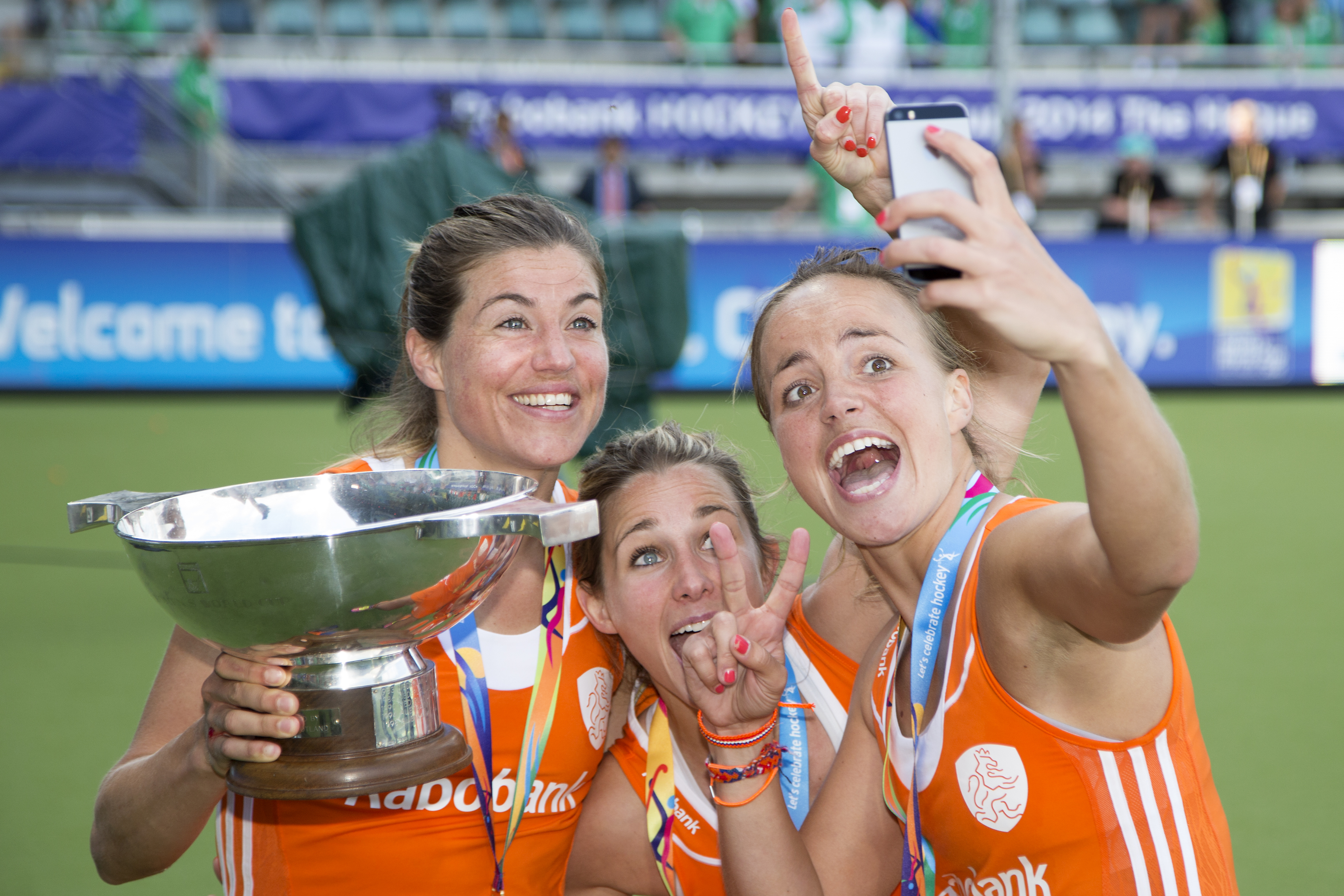 THE HAGUE - Rabobank Hockey World Cup 2014 - 14-06-2014 - WOMEN - FINAL NETHERLANDS - AUSTRALIA 2-0 - DAMES NEDERLAND WERELDKAMPIOEN HOCKEY - KIM LAMMERS - ELLEN HOOG EN MAARTJE PAUMEN MET DE WERELDBEKER - SELFIE Copyright: Willem Vernes