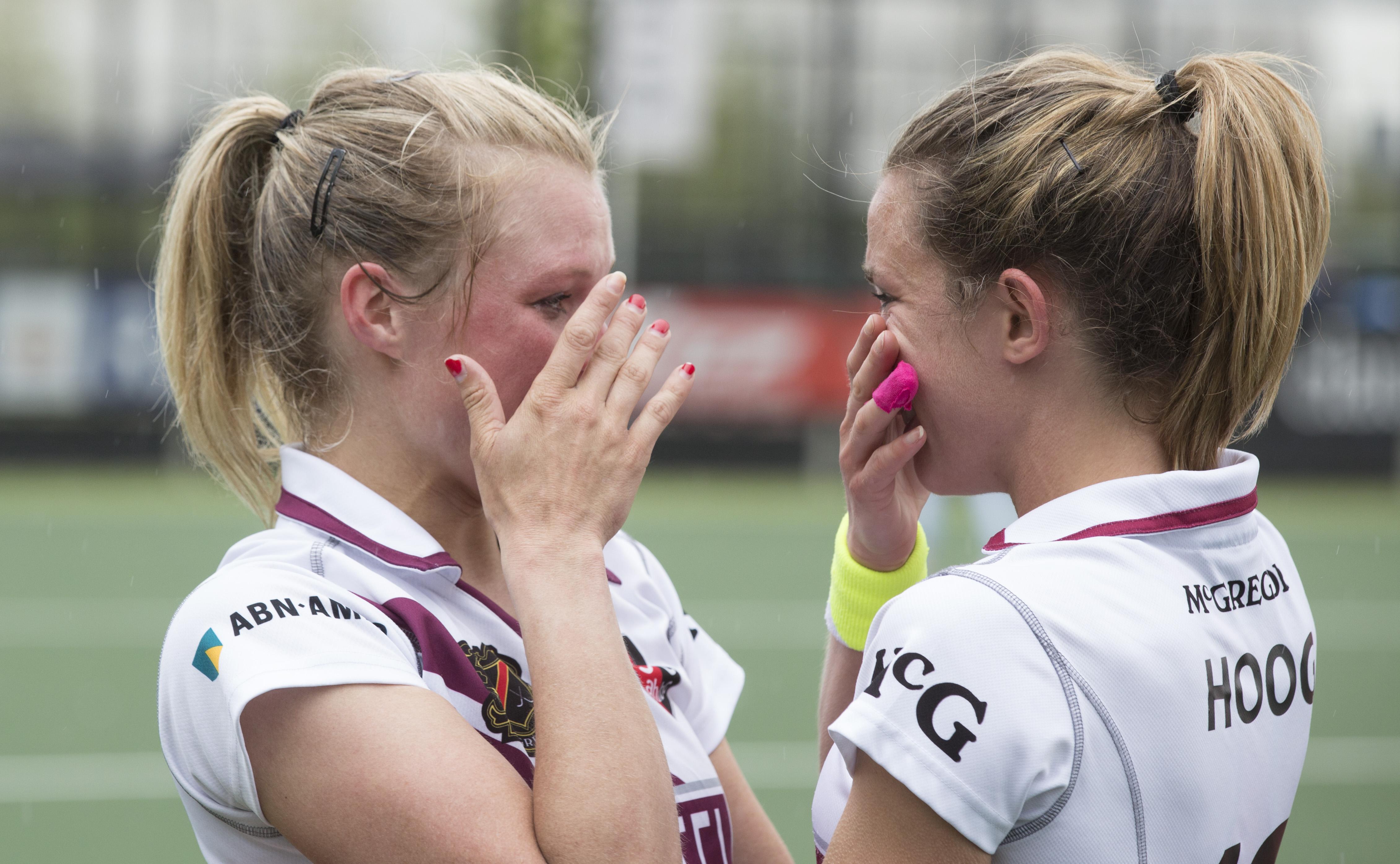 DEN BOSCH - HOCKEY - Tranen bij Sophie Polkamp (l) , die haar laatste wedstrijd voor Amsterdam DI speelde ,na de play off wedstrijd tussen de vrouwen van Den Bosch en Amsterdam . rechts Ellen Hoog die mee doet. COPYRIGHT KOEN SUYK