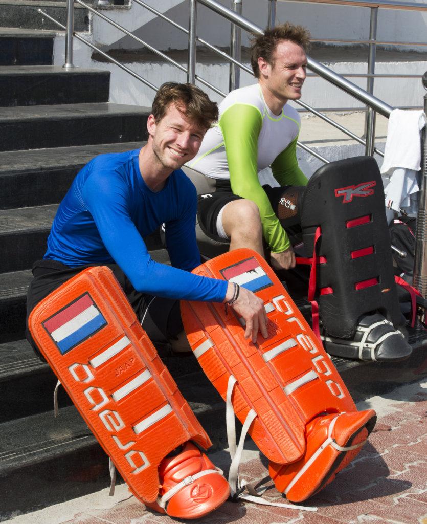 Raipur (India) - De mannen van het Nederlands hockeyteam trainden vandaag in aanloop naar de kwartfinale van de Hockey World League finaleronde. De keepers Jaap Stockmann (l) en Pirmin Blaak kleden zich aan voor de training. ANP KOEN SUYK