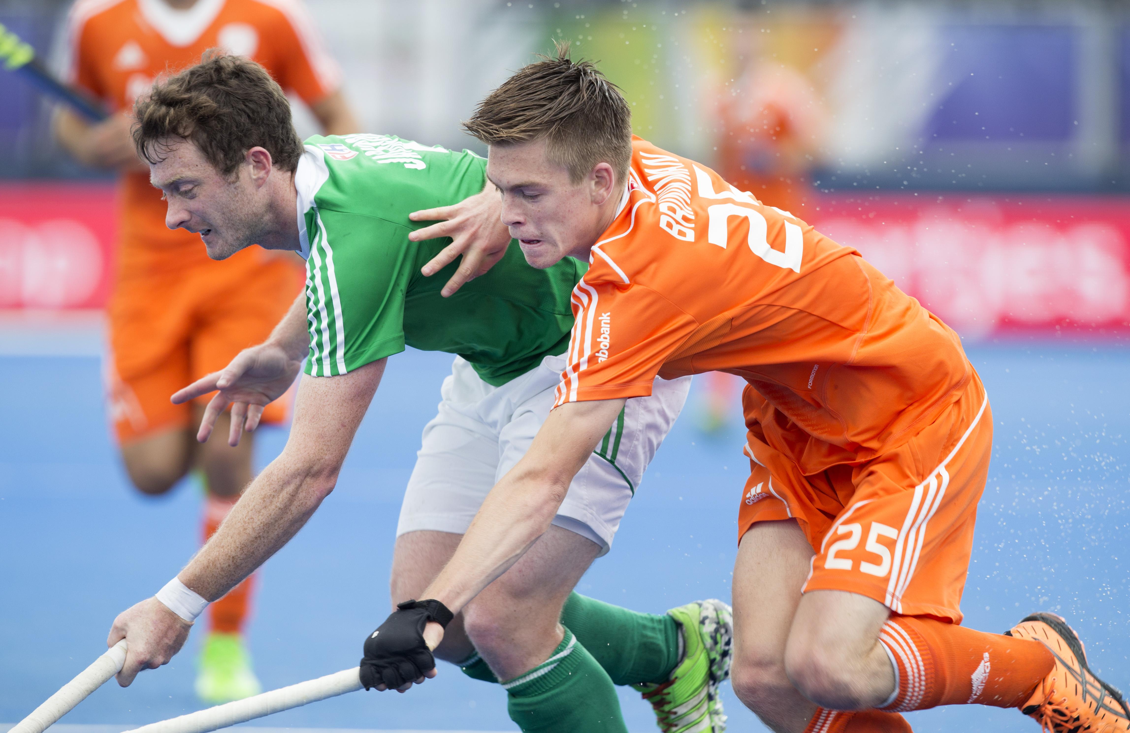 LONDEN - Thierry Brinkman met de Ier John Jackson (l) tijdens de halve finale tussen de mannen van Nederland en Ierland bij het Europees Kampioenschap hockey in Londen. ANP KOEN SUYK