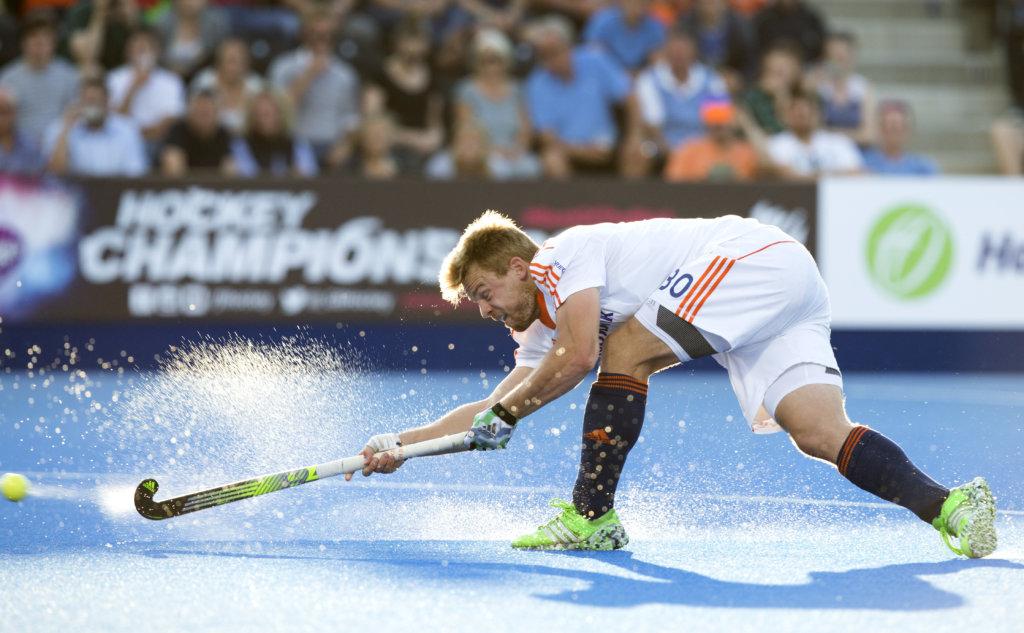 LONDEN - Mink van der Weerden van Nederland neemt de corner tijdens het Europees Kampioenschap hockey in Londen. Mink scoorde de 2-0. ANP KOEN SUYK