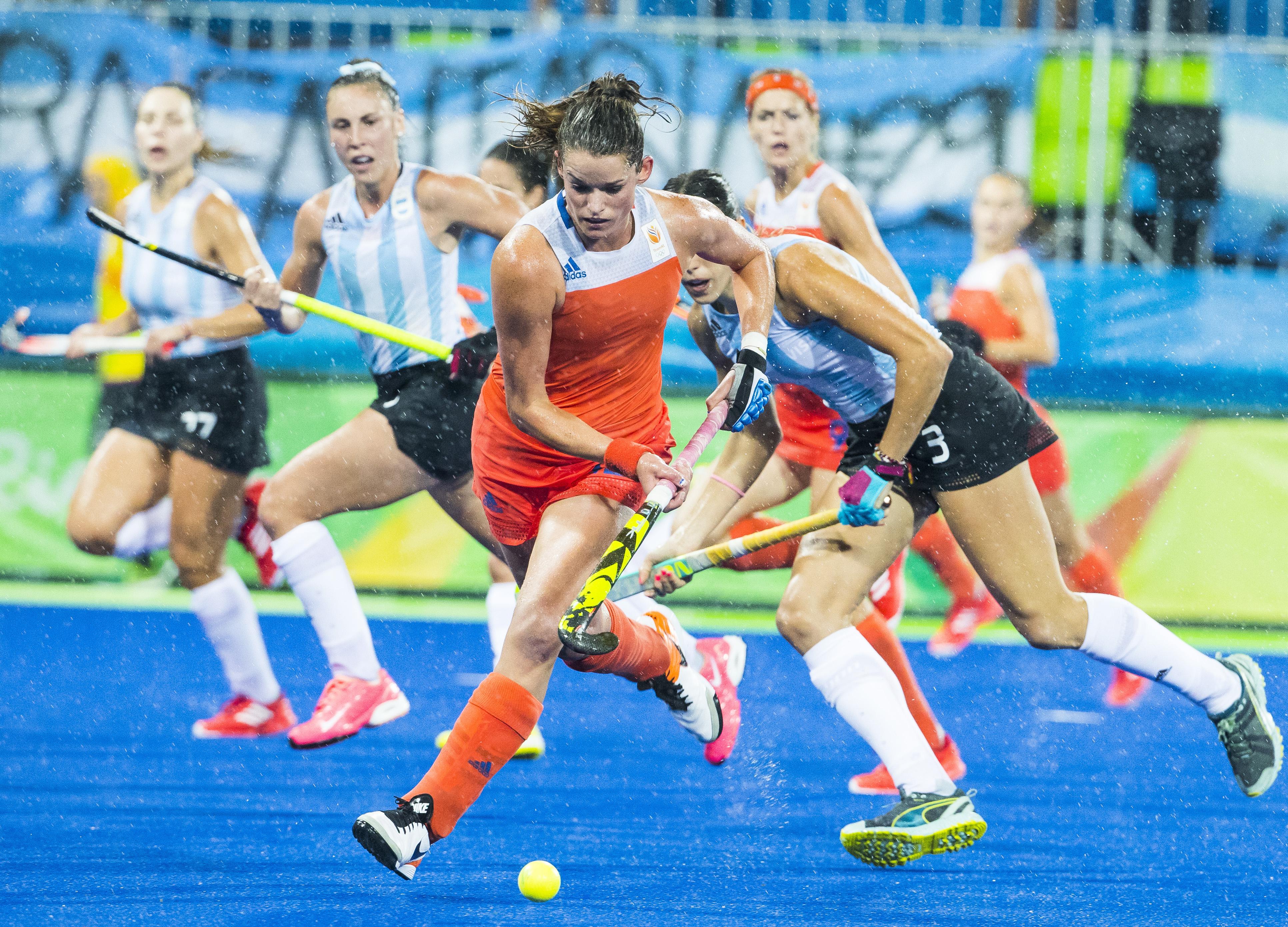 RIO DE JANEIRO - Lidewij Welten (Ned) aan de baltijdens de kwartfinale hockey dames Nederland-Argentinie , tijdens de Olympische Spelen. COPYRIGHT KOEN SUYK
