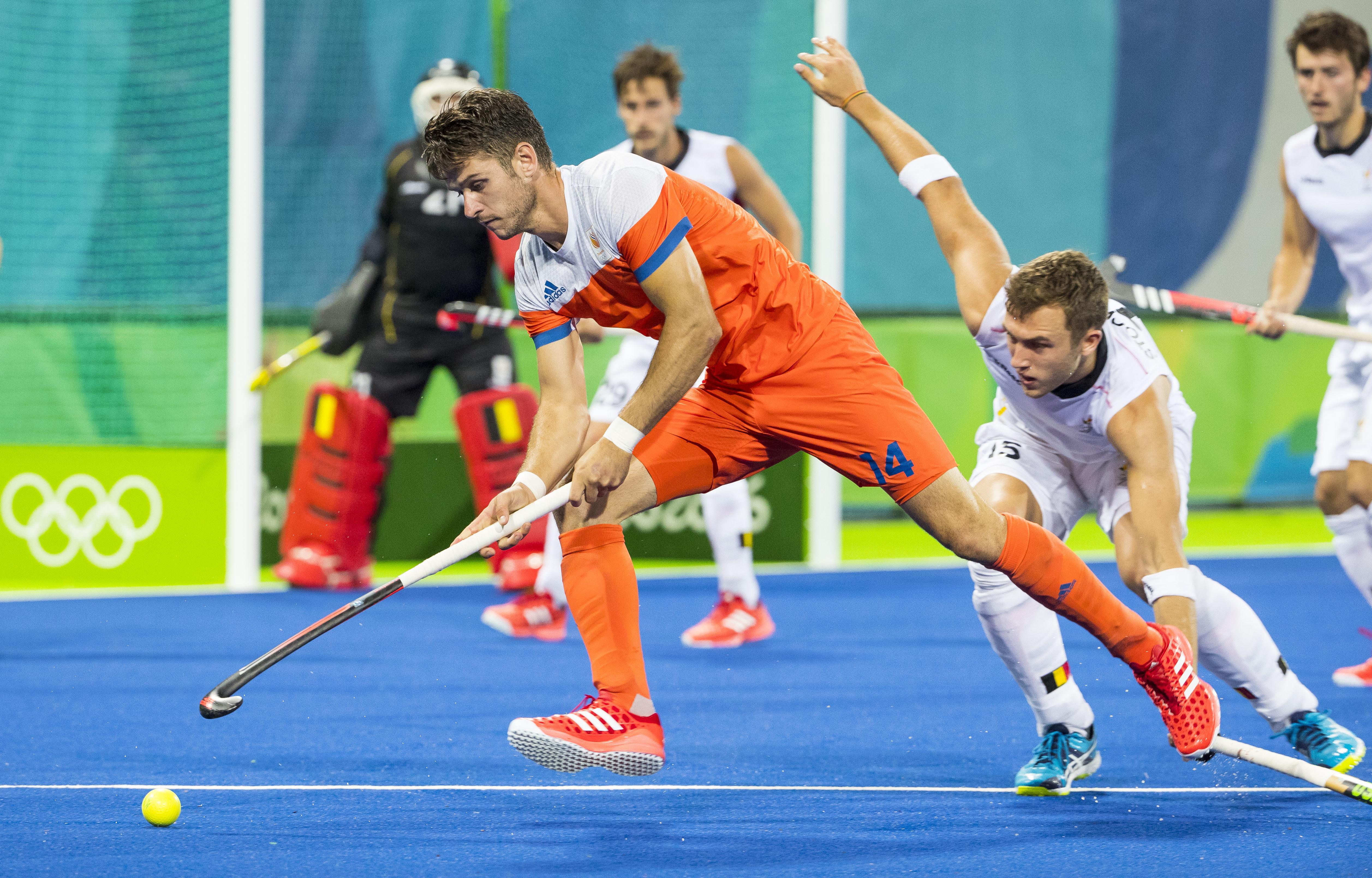 RIO DE JANEIRO - Robbert Kemperman (Ned) met Emmanuel Stockbroekx (Belg.) tijdens de halve finale hockey heren Belgie-Nederland (3-1), tijdens de Olympische Spelen. B COPYRIGHT KOEN SUYK