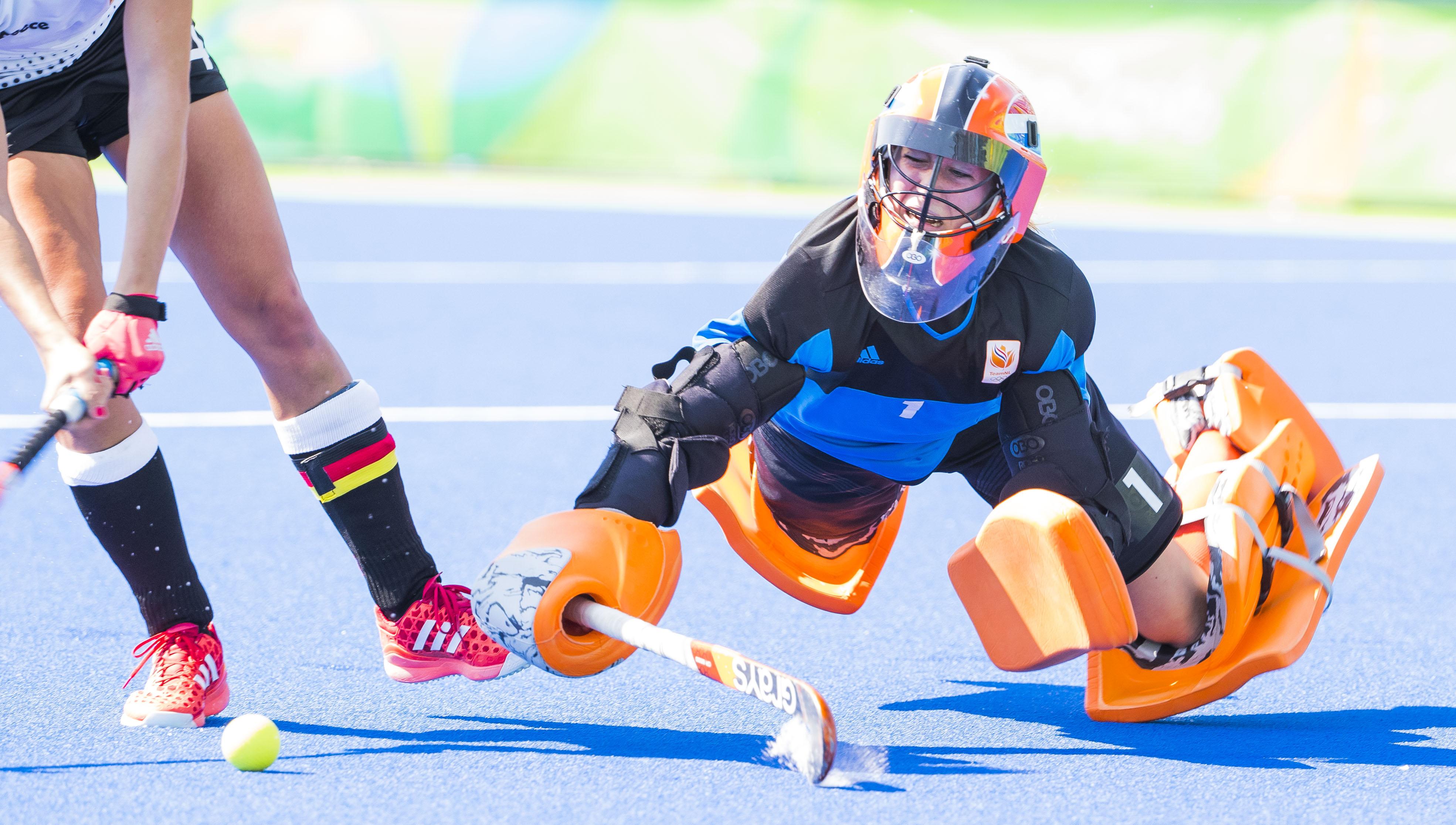 RIO DE JANEIRO - keeper Joyce Sombroek (Ned) stopt een shoot out tijdens de halve finale hockey dames Nederland-Duitsland (1-1), Nederland wint , tijdens de Olympische Spelen. Nederland door naar de finale. midden Maartje Paumen (Ned) COPYRIGHT KOEN SUYK
