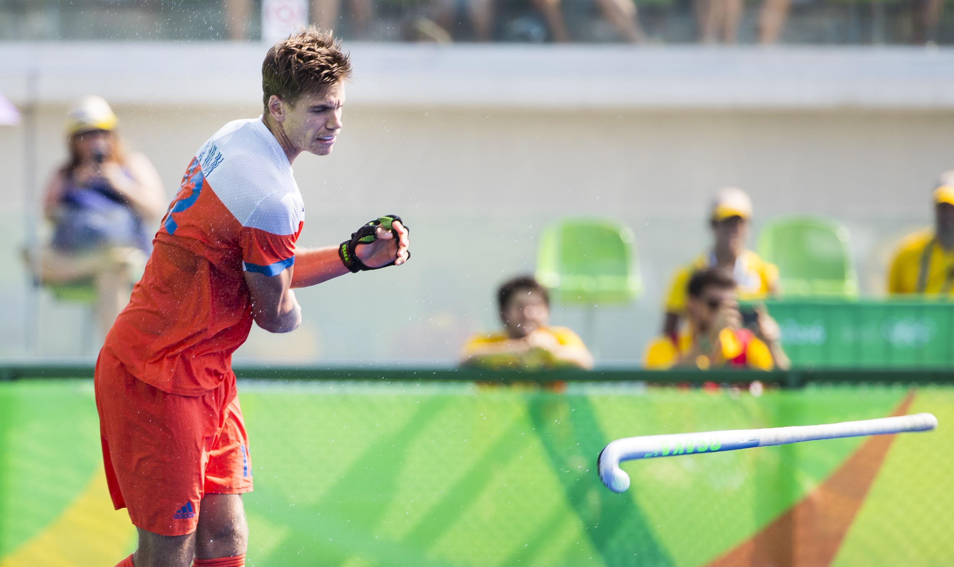 RIO DE JANEIRO - Sander de Wijn (Ned) gooit zijn stick weg na zijn gemiste shoot out tijdens de hockeywedstrijd heren om de bronzen medaille , Nederland-Duitsland (1-1, tijdens de Olympische Spelen. Duitsland wint de shoot-outs. COPYRIGHT KOEN SUYK