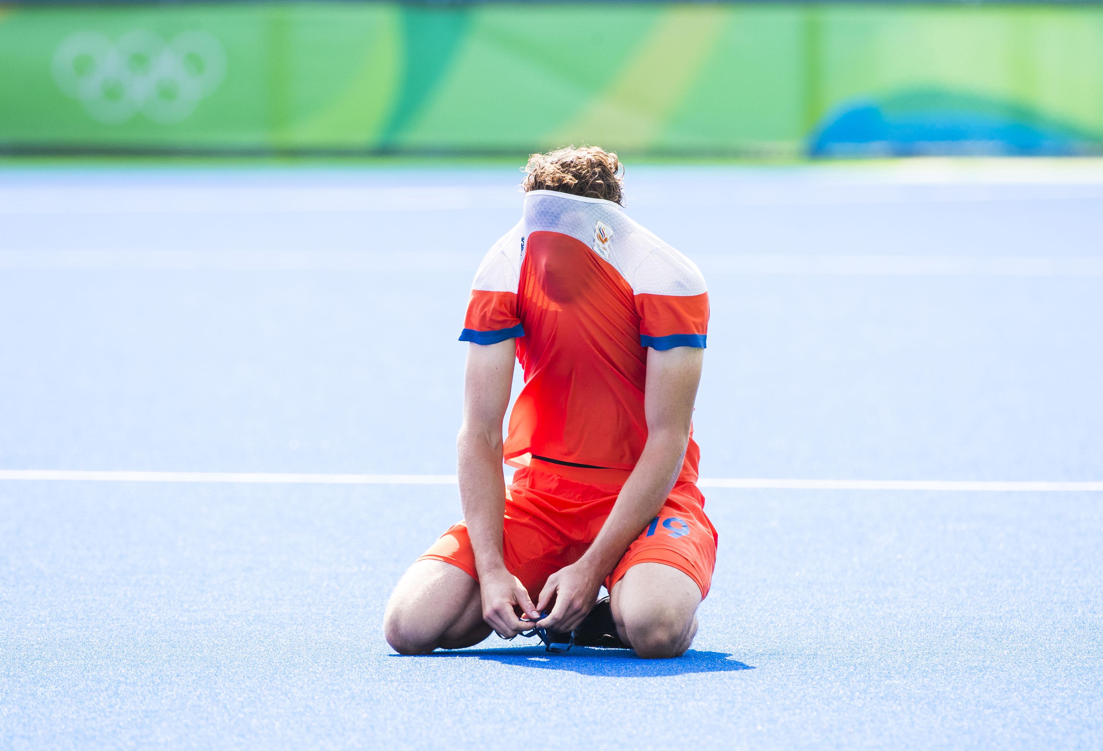 RIO DE JANEIRO - Teleurstelling bij Bob de Voogd (Ned) na de verloren hockeywedstrijd heren om de bronzen medaille , Nederland-Duitsland (1-1, tijdens de Olympische Spelen. Duitsland wint de shoot-outs . COPYRIGHT KOEN SUYK