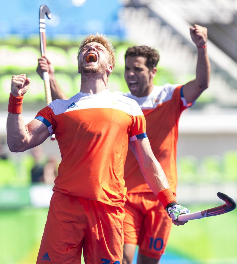 RIO DE JANEIRO (Brazili') - Mink van der Weerden (Ned) heeft gescoord (2-1) tijdens de poulewedstrijd hockey heren Nederland-India , tijdens de Olympische Spelen. . rechts Valentin Verga (Ned). COPYRIGHT KOEN SUYK
