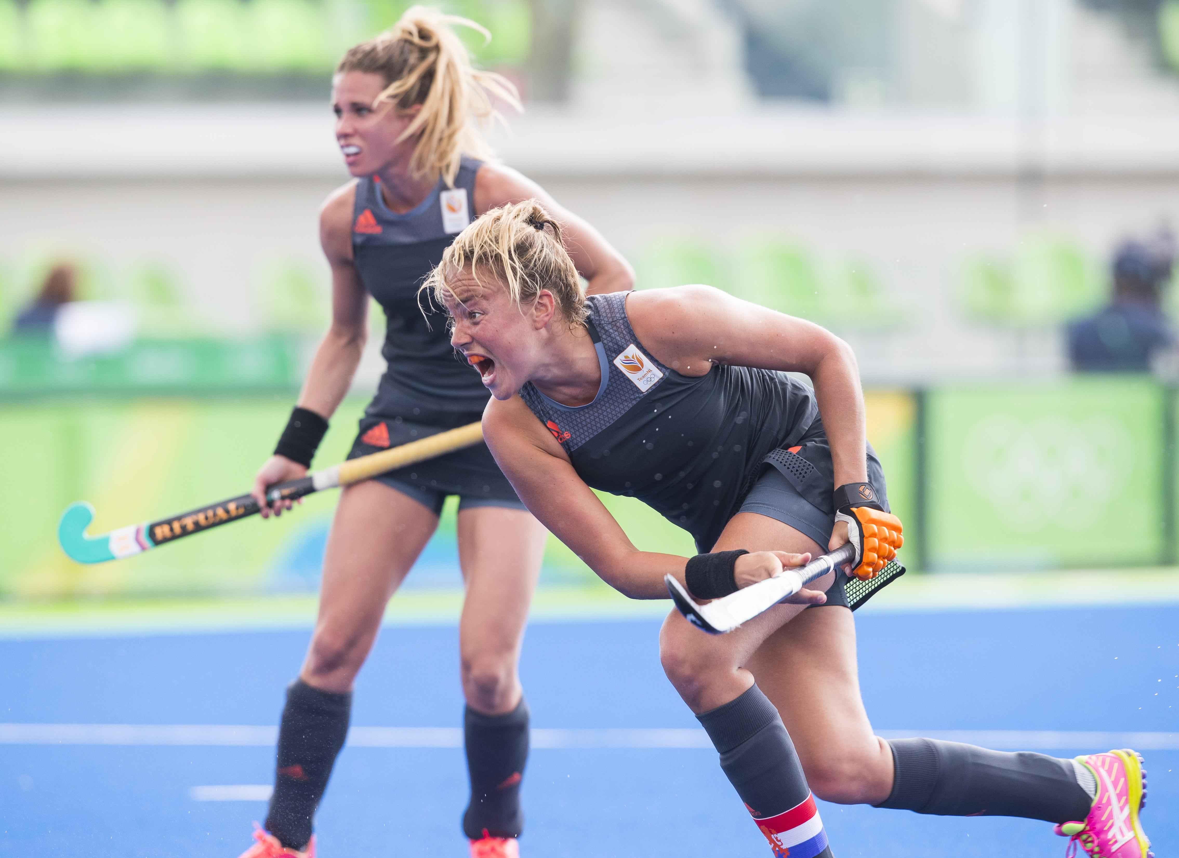 RIO DE JANEIRO (Brazili') - Maartje Paumen (Ned) heeft de stand op 5-0 gebracht tijdens de poulewedstrijd hockey dames Nederland-Spanje (5-0) , tijdens de Olympische Spelen . links Ellen Hoog . FOTO KOEN SUYK