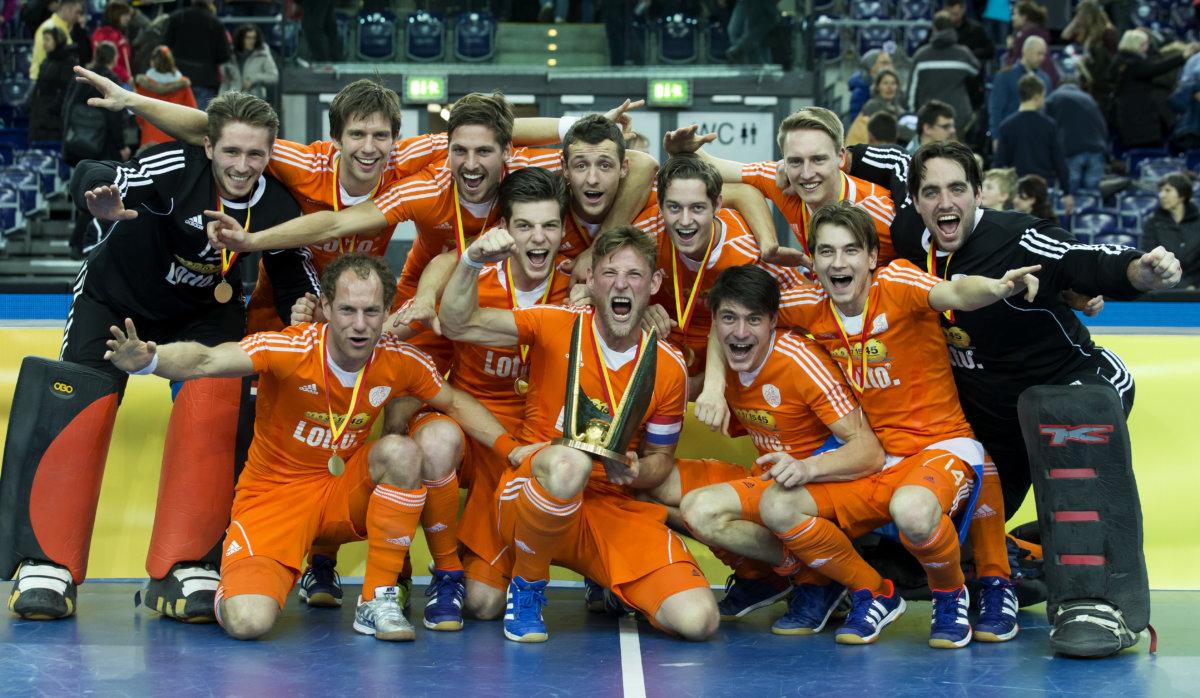 LEIPZIG - Oranje met de cup na de finale tussen de mannen van Nederland en Oostenrijk (3-2) bij het WK Zaalhockey . COPYRIGHT KOEN SUYK