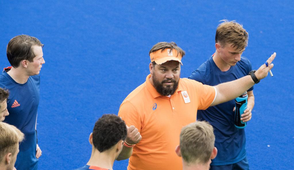 RIO DE JANEIRO (Brazilie) - Bondscoach Max Caldas spreek het Nederlands team toe tijdens de oefenwedstrijd tussen de mannen van Nederland en Spanje (2-2), in het Olympische hockeystadion, drie dagen dagen voordat de Spelen beginnen. COPYRIGHT KOEN SUYK