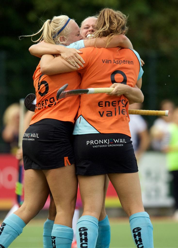 GRONINGEN - Hoofdklasse dames. Groningen v SCHC foto: Pam van Asperen scores assist van Marloes Pouw (l). FFU PRESS AGENCY COPYRIGHT FRANK UIJLENBROEK