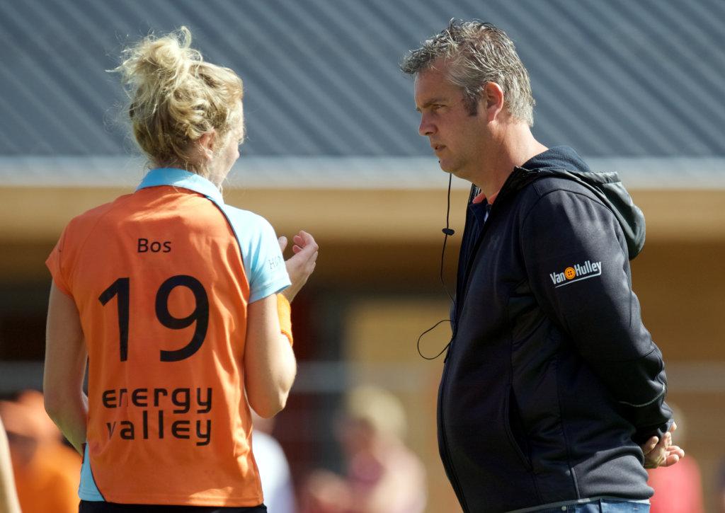 GRONINGEN - Hoofdklasse dames. Groningen v SCHC foto: trainerMarc Materek in gesprek met Willemijn Bos. FFU PRESS AGENCY COPYRIGHT FRANK UIJLENBROEK