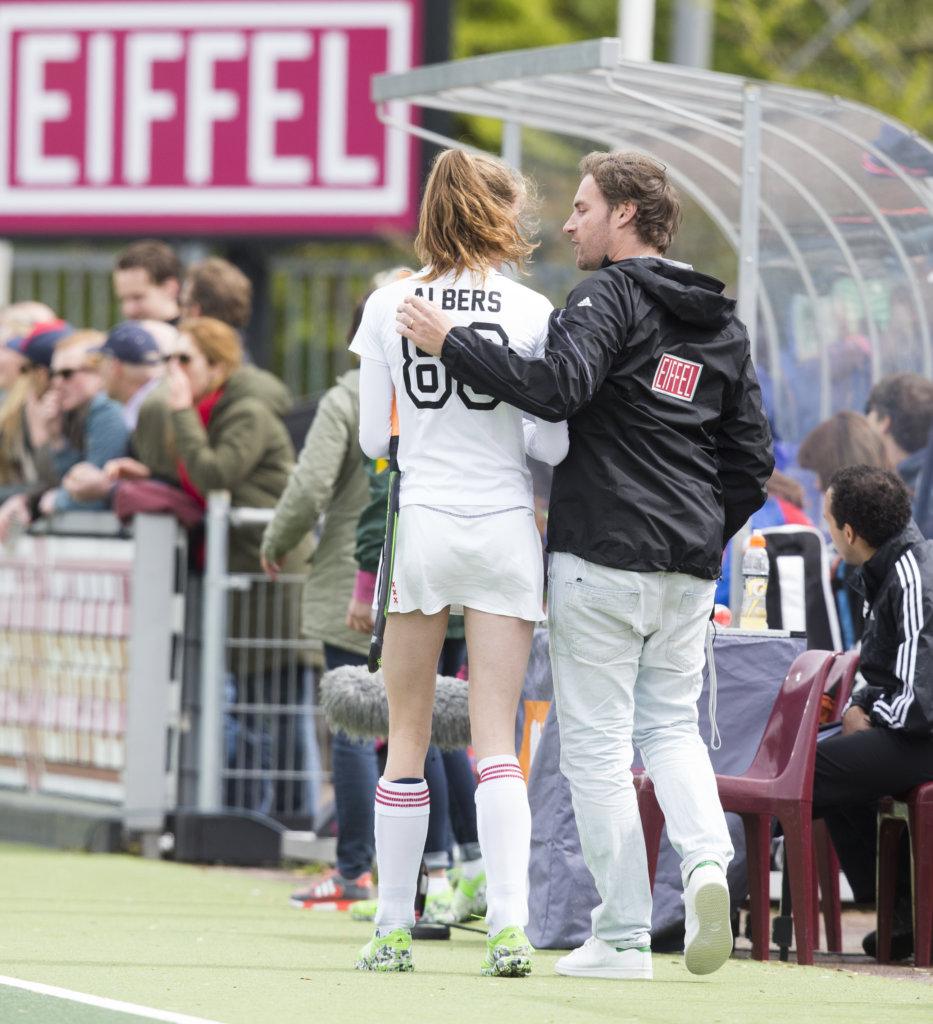 AMSTELVEEN - coach Rick Mathijssen (AÕdam) met Felice Albers van A'dam tijdens de tweede halve finalewedstrijd in de Play offs tussen Amsterdam en SCHC (2-0). Amsterdam gaat door naar de finale. COPYRIGHT KOEN SUYK