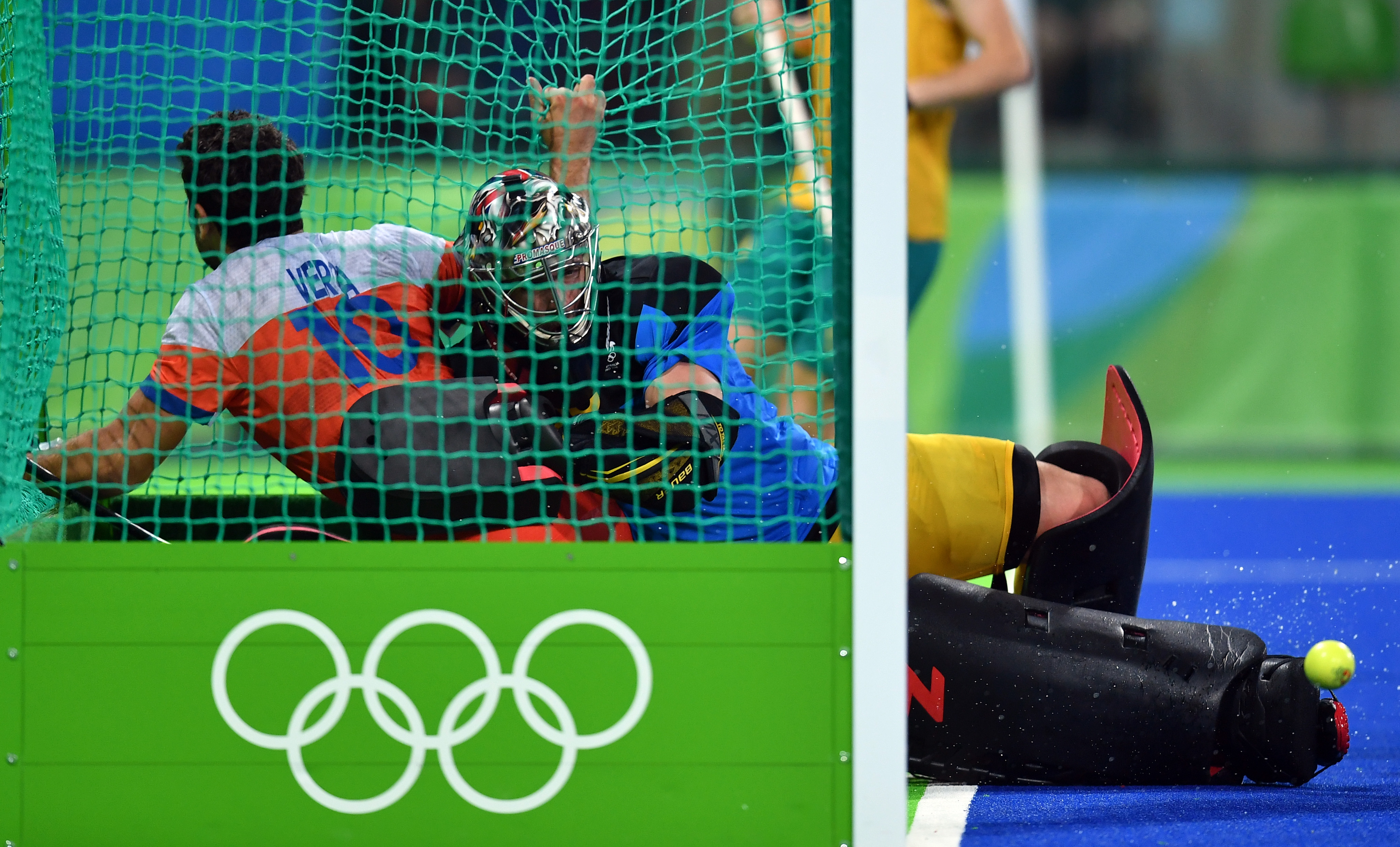Netherlands' Valentin Verga (L) vies with Australia's Andrew Charter to score a goal during the men's quarterfinal field hockey Netherlands vs Australia match of the Rio 2016 Olympics Games at the Olympic Hockey Centre in Rio de Janeiro on August 14, 2016. / AFP / MANAN VATSYAYANA (Photo credit should read MANAN VATSYAYANA/AFP/Getty Images)