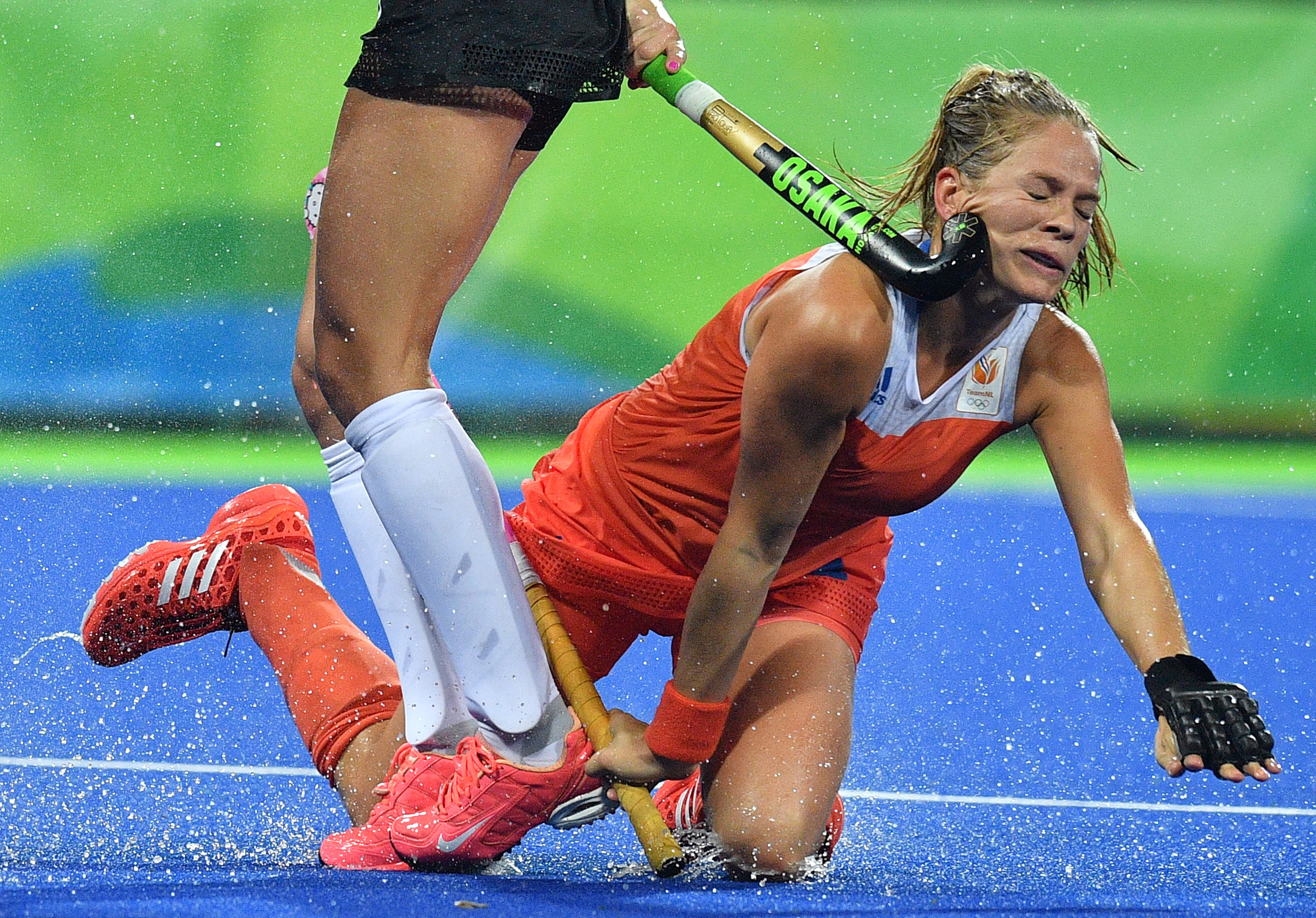 TOPSHOT - Netherlands' Kitty van Male (R) is hit on the face by Argentina's Agustina Habif during the women's quarterfinal field hockey Netherland vs Argentina match of the Rio 2016 Olympics Games at the Olympic Hockey Centre in Rio de Janeiro on August 15, 2016. / AFP / Carl DE SOUZA (Photo credit should read CARL DE SOUZA/AFP/Getty Images)