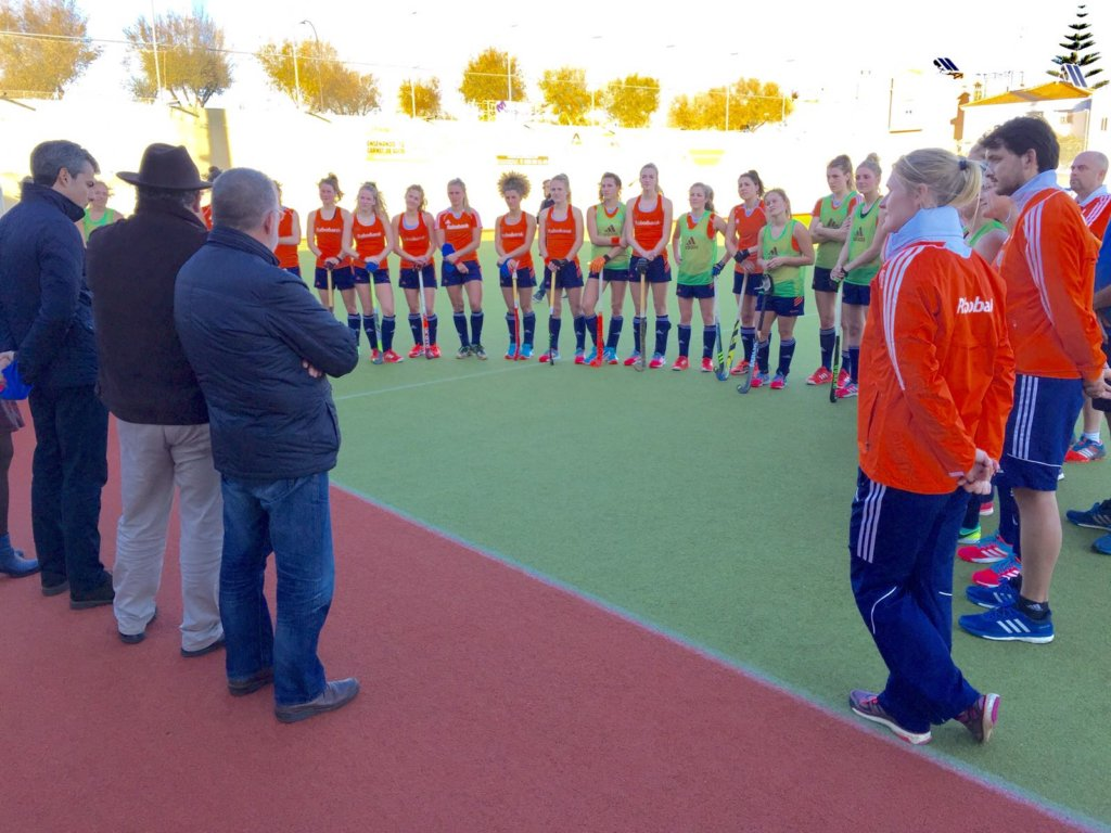 De burgemeester en de voorzitter van de lokale club heten de Oranje Dames welkom (c) Lars Gillhaus