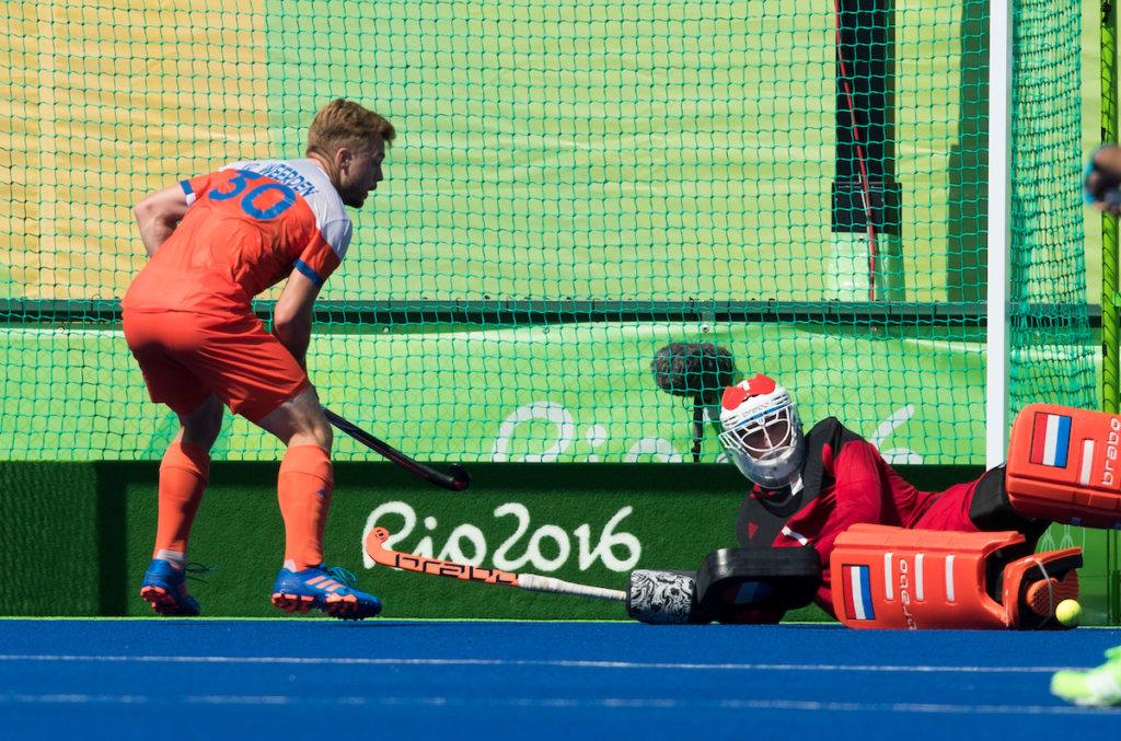 RIO DE JANEIRO (Brazilië) - Argentinie komt op 3-3 tijdens de poulewedstrijd hockey heren Argentinie-Nederland (3-3), tijdens de Olympische Spelen. keeper Jaap Stockmann (Ned) en Mink van der Weerden (Ned) kunnen het niet verhinderen. FOTO KOEN SUYK