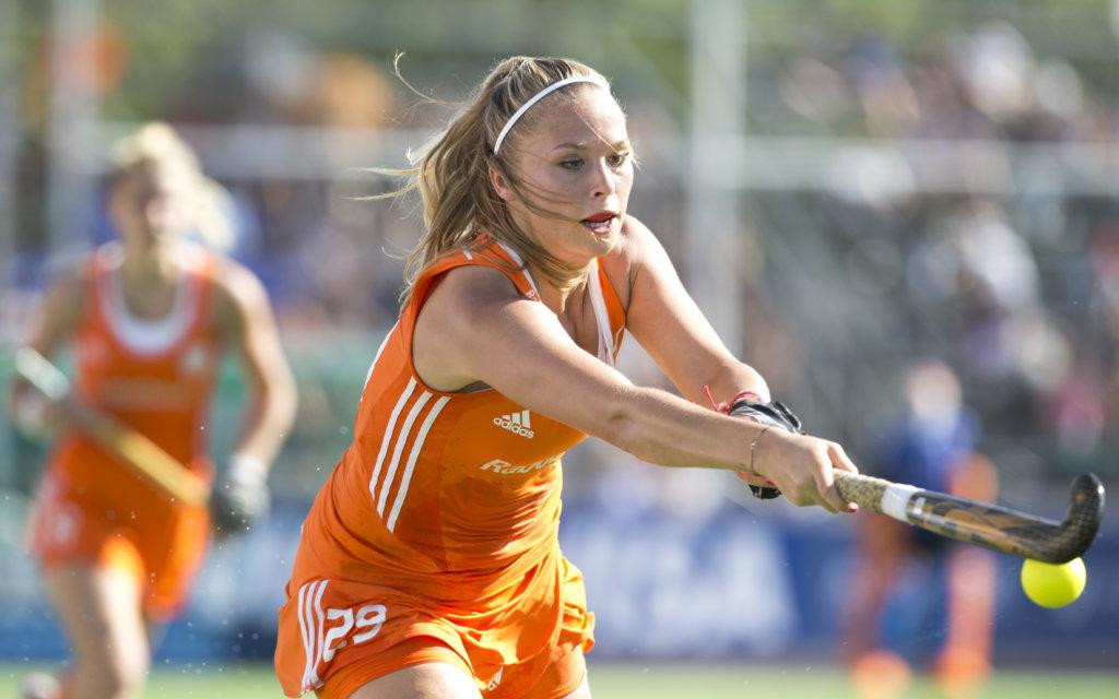 TUCUMAN Argentinie - Jacky Schoenaker aan de bal. Het Nederlands vrouwen hockeyteam speelt donderdag tijdens de HWL finaleronde in de kwartfinale tegen de vrouwen van Nieuw-Zeeland. ANP KOEN SUYK