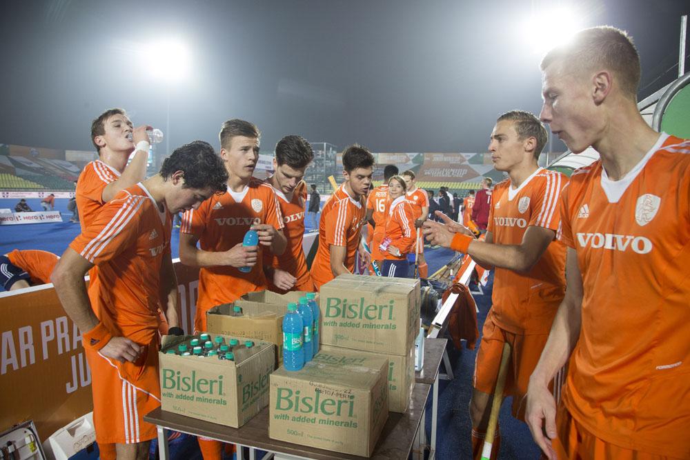 LUCKNOW (India) - Junior World Cup hockey U21 for men . Netherlands v Malaysia . Drinken voor de wedstrijd. COPYRIGHT KOEN SUYK