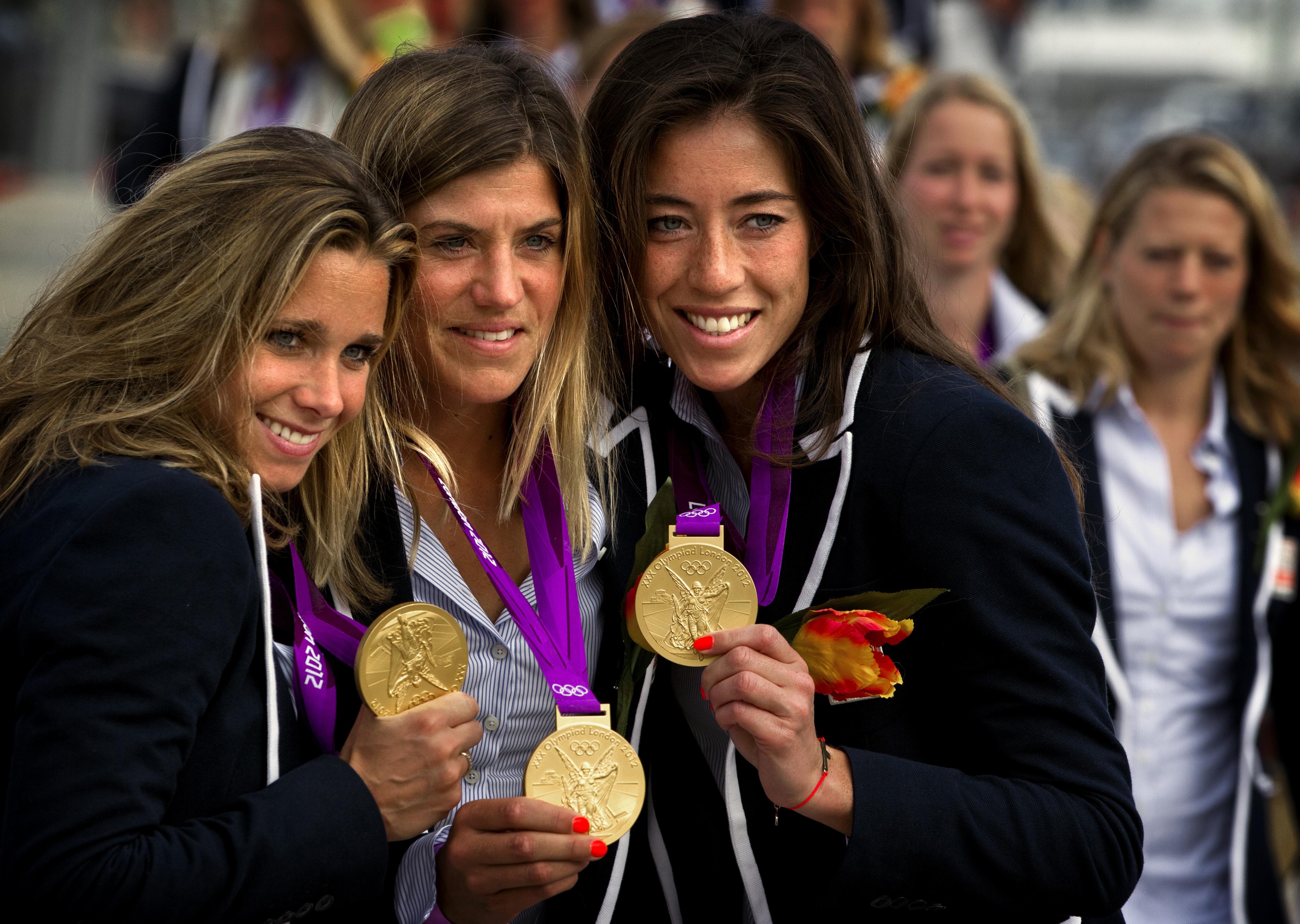 SCHEVENINGEN - De gouden hockey dames Ellen Hoog, Kim Lammers en Naomi van As tonen hun gouden medaille aan de pers voor de huldiging hockeyteams door KHNB. ANP SANDER KONING