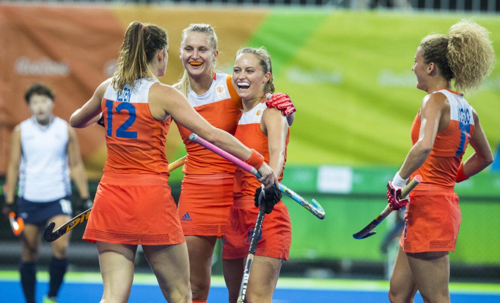 RIO DE JANEIRO (Brazili') - Kelly Jonker (Ned) heeft gescoord en viert het met Lidewij Welten (Ned), Laurien Leurink (Ned) en Maria Verschoor (Ned) tijdens de poulewedstrijd hockey dames Nederland-Korea, tijdens de Olympische Spelen COPYRIGHT KOEN SUYK