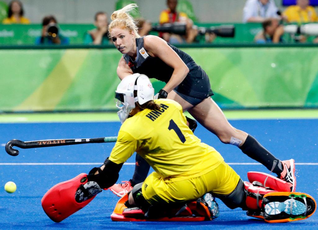 RIO DE JANEIRO - Margot van Geffen (Ned) stuit op goalie Maddie Hinch (GB) tijdens de shoot outs , tijdens de finale tussen de dames van Nederland en Groot-Brittannie (3-3) in het Olympic Hockey Center tijdens de Olympische Spelen in Rio. GB wint na shoot outs COPYRIGHT KOEN SUYK