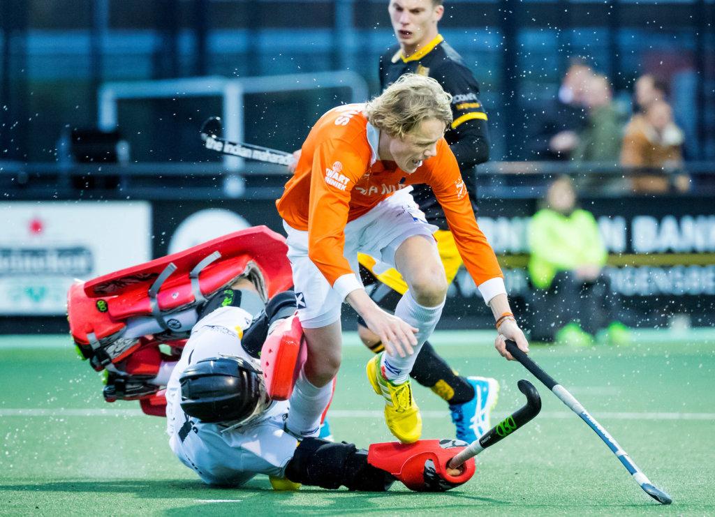 DEN BOSCH - Tim Jenniskens (Bl'daal) stuit op keeper Maurits Visser (Den Bosch) tijdens de hoofdklasse hockeywedstrijd tussen de heren van Den Bosch en Bloemendaal (1-2). Op de achtergrond Bram van Groesen (Den Bosch) .COPYRIGHT KOEN SUYK
