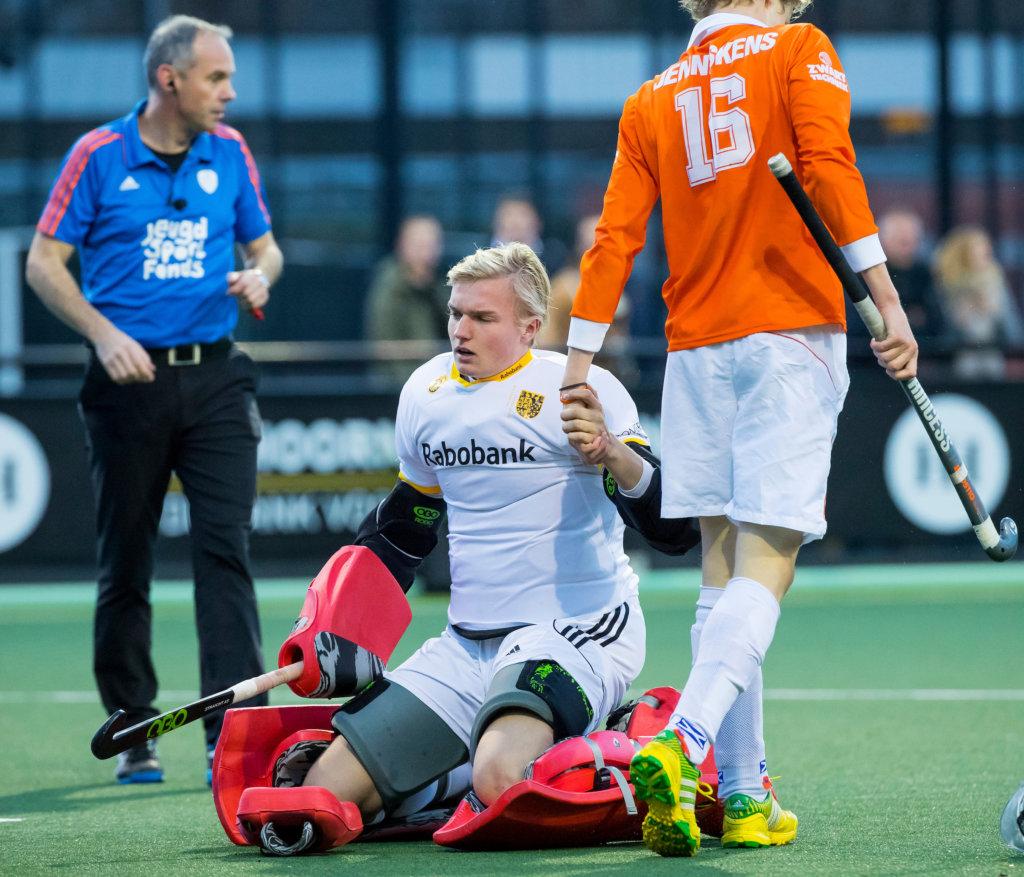 DEN BOSCH - T keeper Maurits Visser (Den Bosch) tijdens de hoofdklasse hockeywedstrijd tussen de heren van Den Bosch en Bloemendaal (1-2). links scheidsrechter Roel van Eert. .COPYRIGHT KOEN SUYK