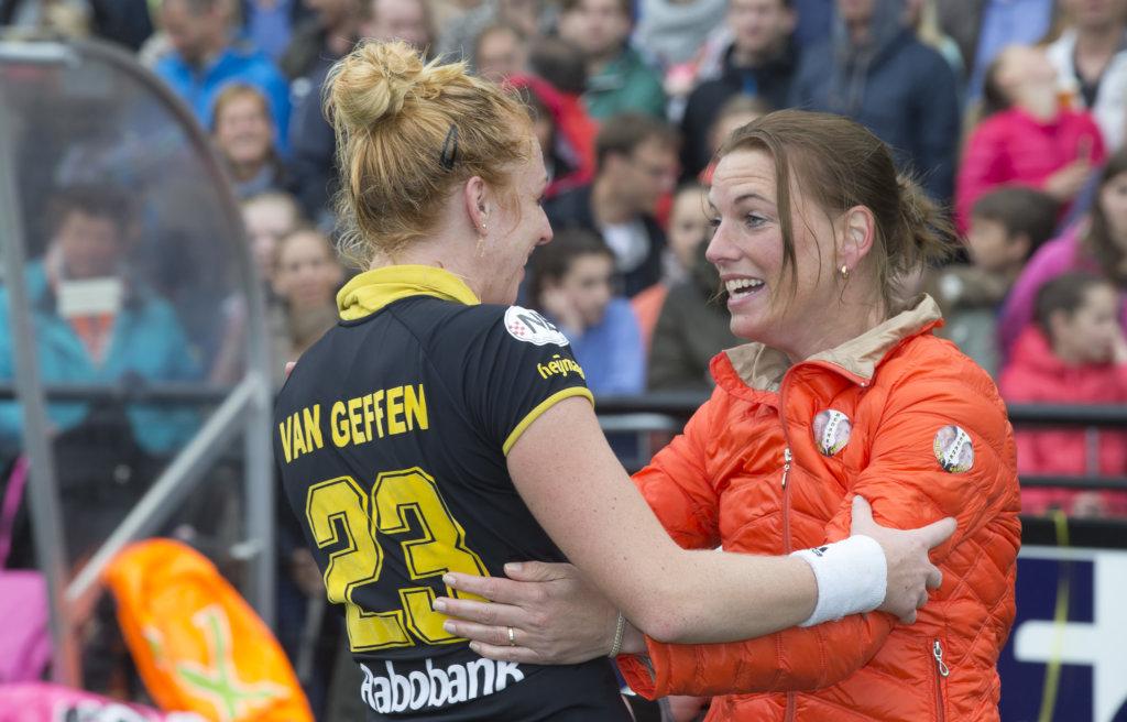 MIjntje Donners als bestuurslid Tophockey Dames bij Den Bosch met Margot van Geffen. (c) Koen Suyk/KNHB