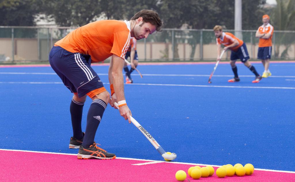 BHUBANESWAR (INDIA) - Na de nederlaag tegen Pakistan trainden de mannen van het Nederlands hockey teamvorgen voor de wedstrijd tegen Belgie, a.s. zaterdag in Champions Trophy Hockey. Rogier Hofman geeft de corner aan . ANP KOEN SUYK