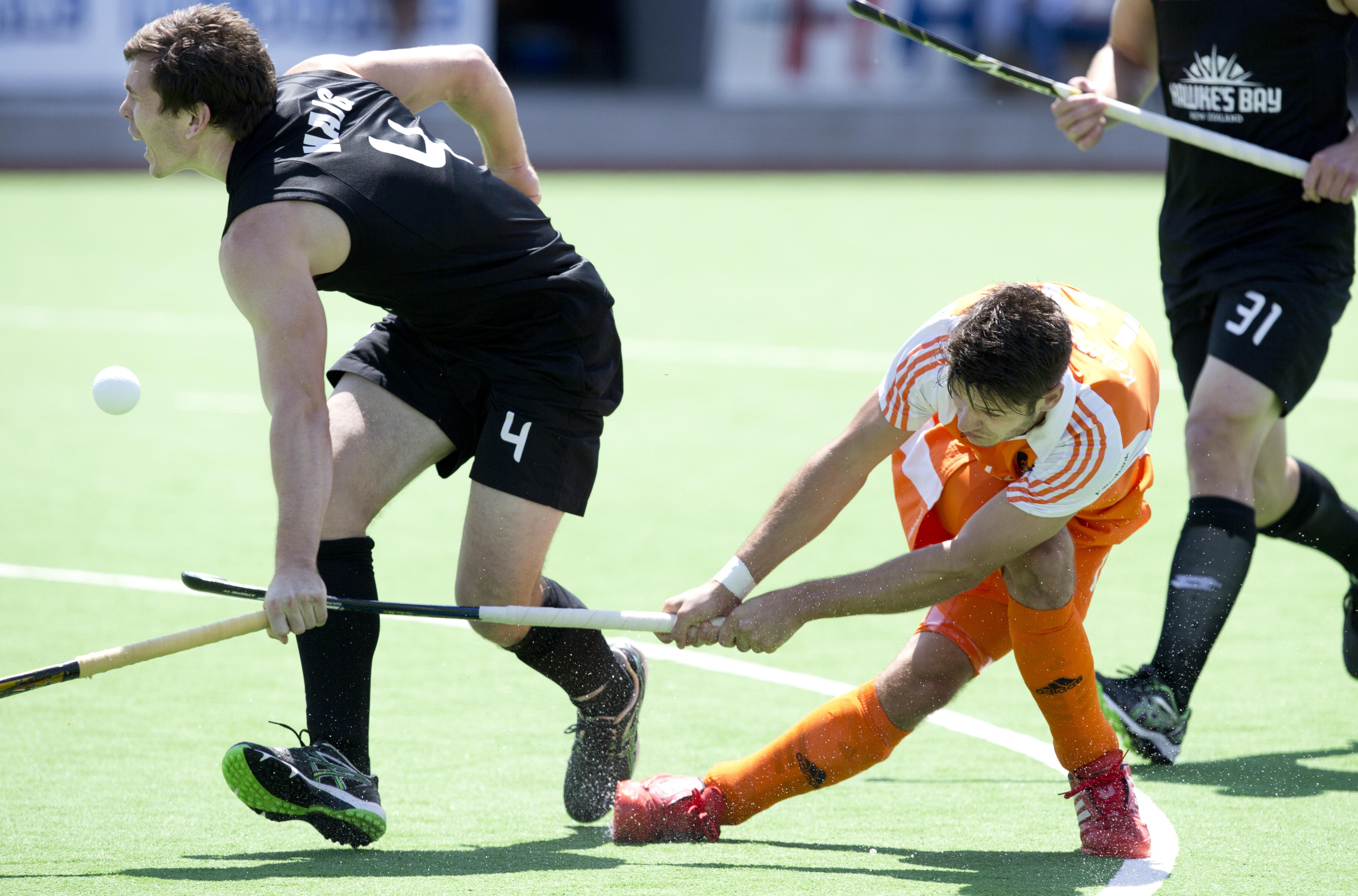 MELBOURNE - Robbert Kemperman (r) schiet op doel tijdens de kwartfinale tussen de mannen van Nederland en Nieuw-Zeeland (2-0) bij de Champions Trophy hockey in Melbourne. links Nick Haig van Nieuw-ZeelandANP KOEN SUYK