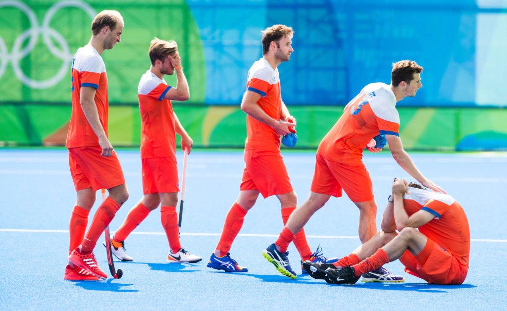 RIO DE JANEIRO - Teleurstelling bij Billy Bakker (Ned), Jeroen Hertzberger (Ned) , Rogier Hofman (Ned), Sander Baart (Ned) en Bob de Voogd (Ned) na de verloren hockeywedstrijd heren om de bronzen medaille , Nederland-Duitsland (1-1, tijdens de Olympische Spelen. Duitsland wint de shoot-outs . COPYRIGHT KOEN SUYK