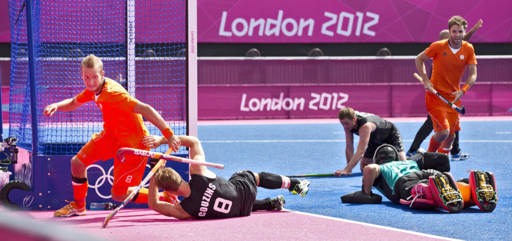 LONDEN - Billy Bakker heeft de stand op 3-1 gebracht, , vrijdag tijdens de Olympische hockeywedstrijd tussen de mannen van Nederland en Nieuw -Zeeland. rechts Rogier Hofman. ANP KOEN SUYK
