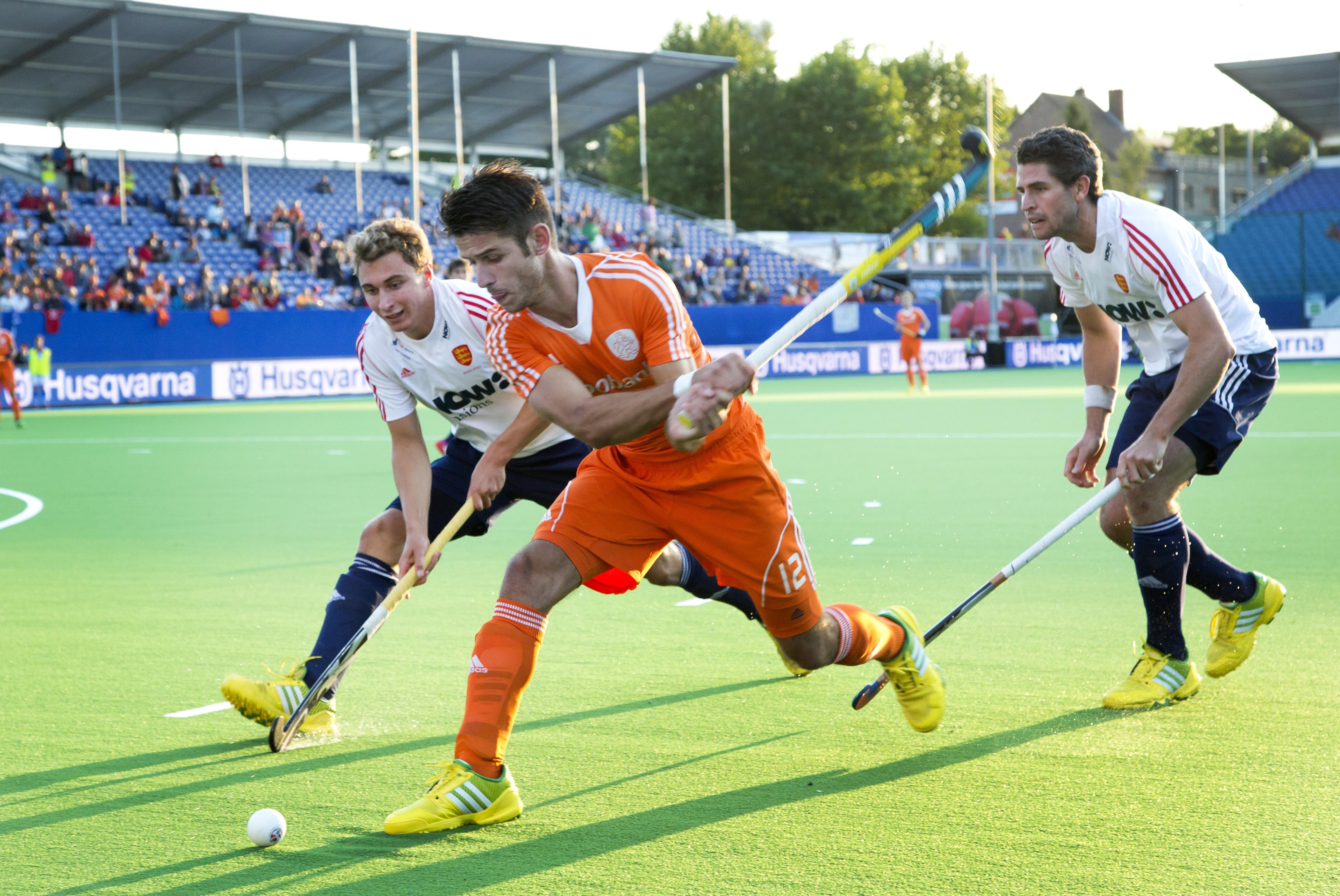 BOOM - Robbert Kemperman geeft de bal voor tijdens de tweede poulewedstrijd op het Europees Kampioenschap hockey, tussen de mannen van Nederland en Engeland . links Harry Martin en rechts Simon Mantell van Engeland. ANP KOEN SUYK