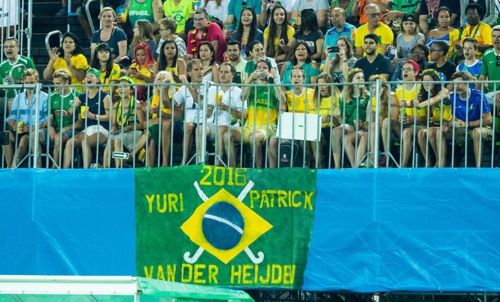 RIO DE JANEIRO (Brazilië) - Spandoek voor Patrick en Yuri van der Heijden van Brazilië, tijdens de poulewedstrijd hockey heren Brazilie-Groot Brittannie tijdens de Olympische Spelen . COPYRIGHT KOEN SUYK
