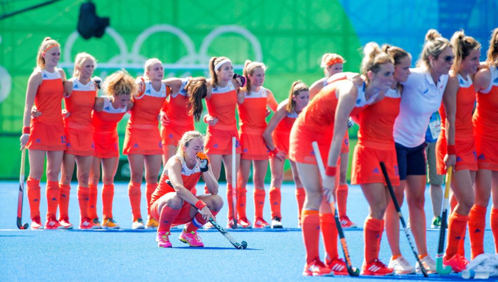 RIO DE JANEIRO - Spanning bij het nemen van n shoot outs de halve finale hockey dames Nederland-Duitsland (1-1), Nederland wint , tijdens de Olympische Spelen. Nederland door naar de finale. midden Maartje Paumen (Ned) COPYRIGHT KOEN SUYK