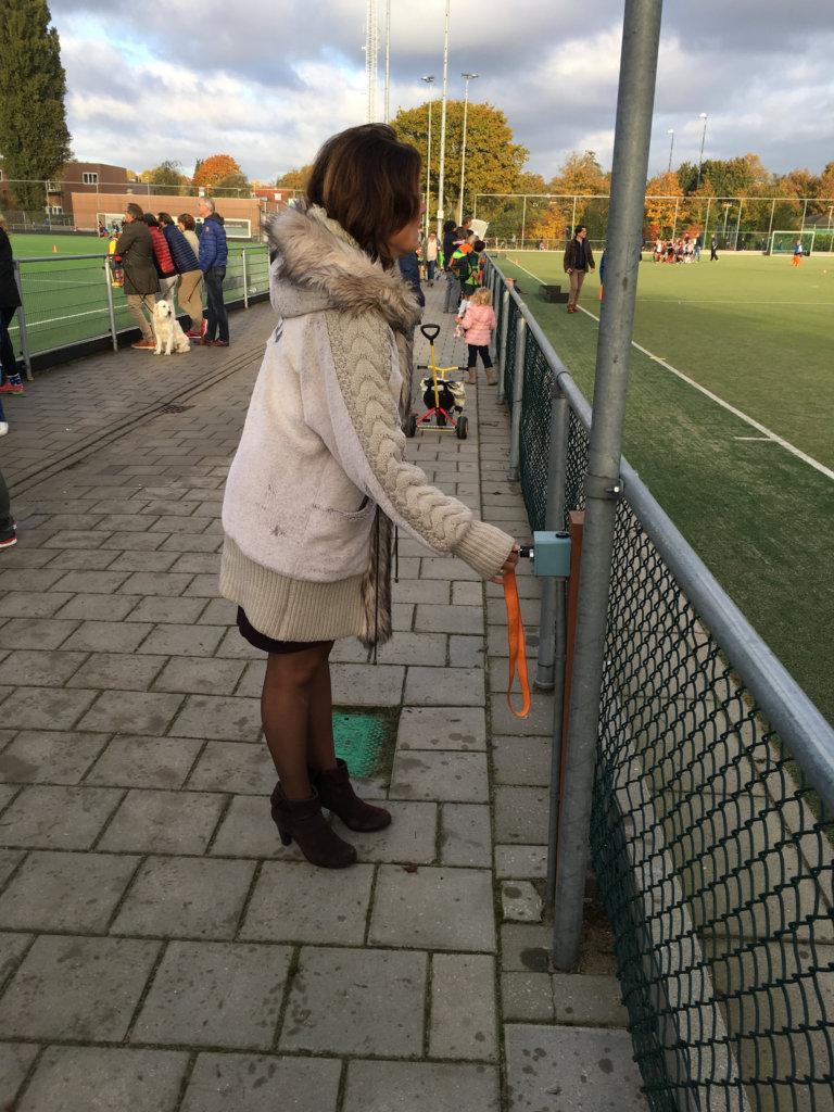 Als de wedstrijd klaar is, gaat onmiddellijk de sproeier aan bij Naarden. Foto: Hockey.nl