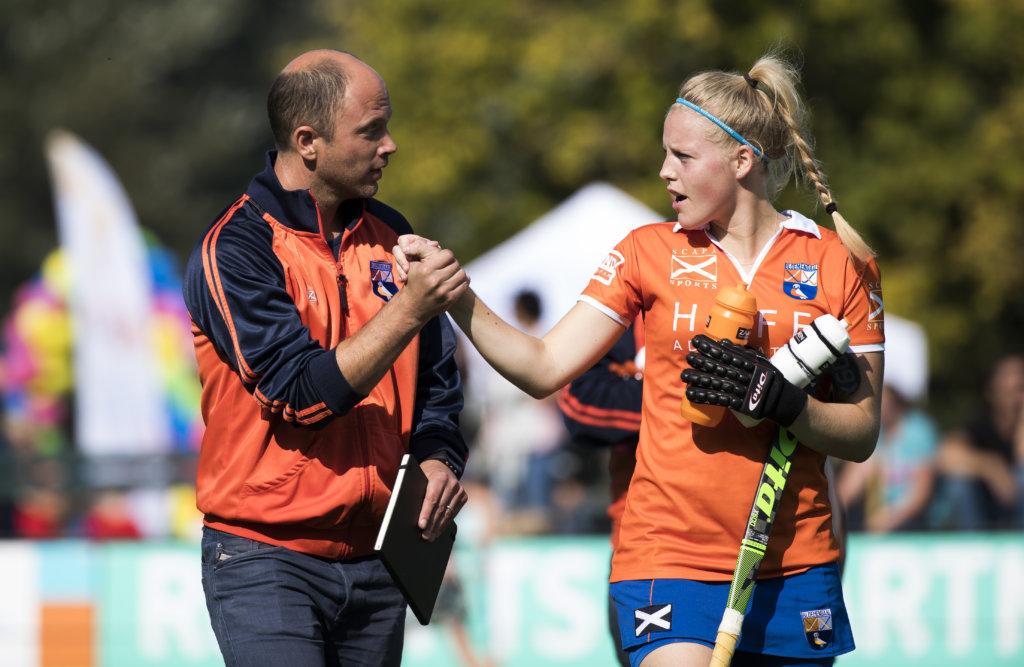 Bloemendaal - coach Teun de Nooijer (Bl'daal) met Kim van Leeuwen (Bl'daal) tijdens de competitie hoofdklasse hockeywedstrijd dames Bloemendaal-Den Bosch 0-4. COPYRIGHT KOEN SUYK