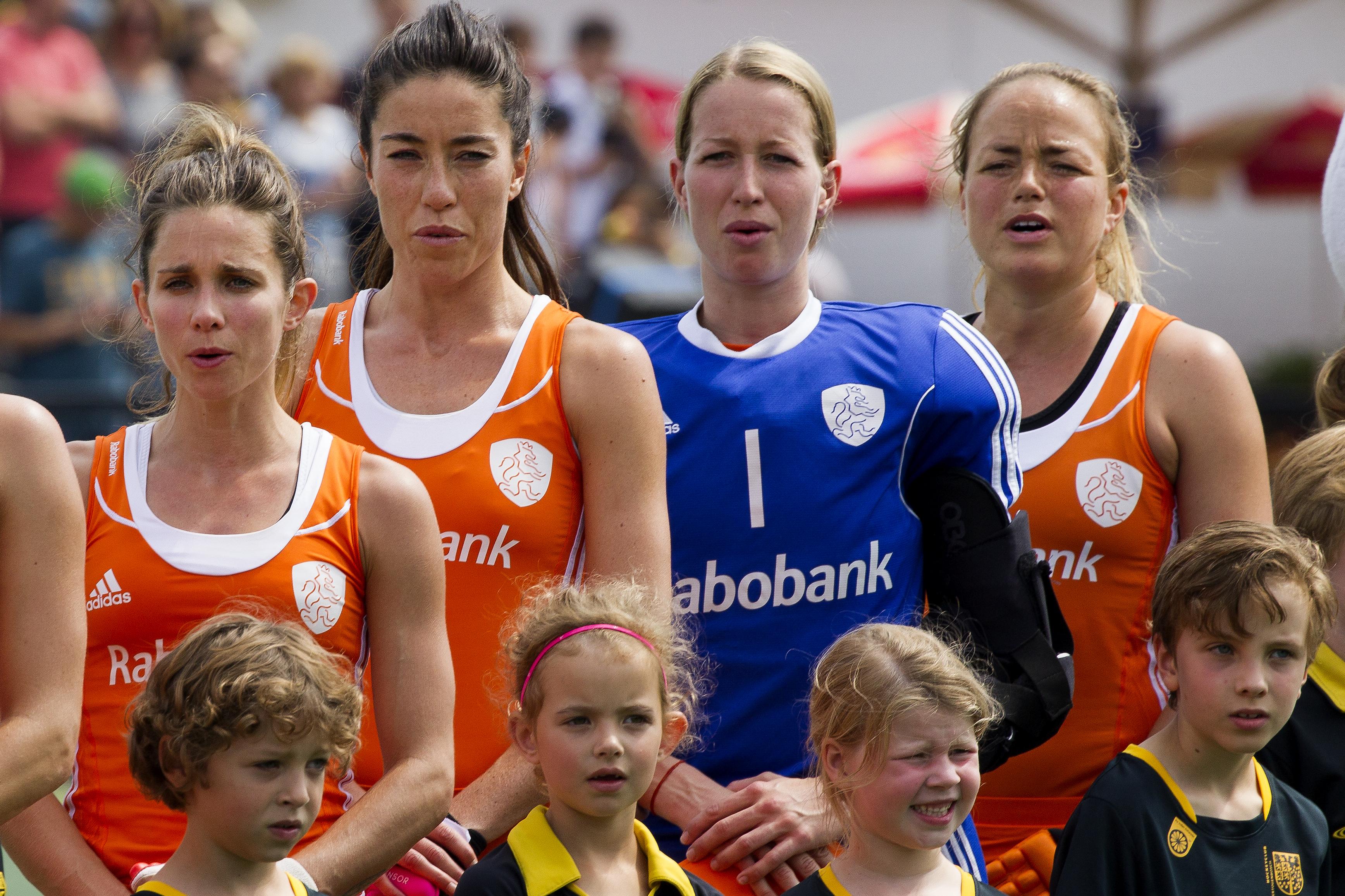 Den Bosch - Nederland - België Dames, Interland, Rabo Super Serie, Seizoen 2015-2016, 09-07-2016, Nederland - Belgie 6-0, Ellen Hoog, Naomi Van As , Joyce Sombroek (Gk), Maartje Paumen (C) .