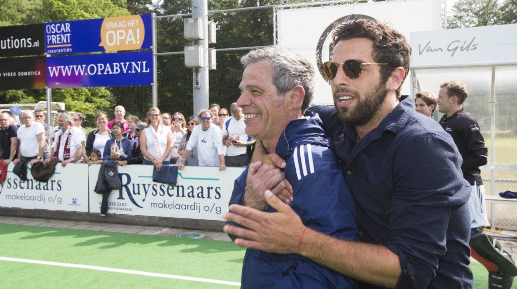 BILTHOVEN-HOCKEY- Vreugde bij Alex Verga (Almere) en zijn , voor Amsterdam spelende zoon, Valentin Verga. promotie/degradatiewedstrijd hoofdkl;asse tussen SCHC en Almeerse HC (0-2). Almere promoveert naar de hoofdklasse en SCHC degradeert. COPYRIGHT KOEN SUYK