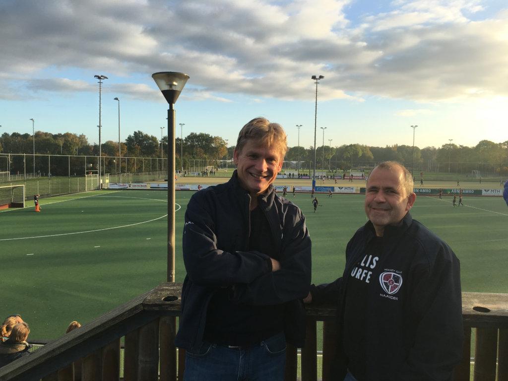 Voorzitter Willem van den Brekel (links) en bestuurslid Hans Otten. Foto: Hockey.nl