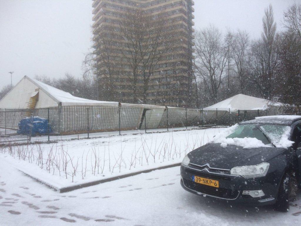 Zaalhockeytent WMHC ingestort door dikke sneeuwlaag