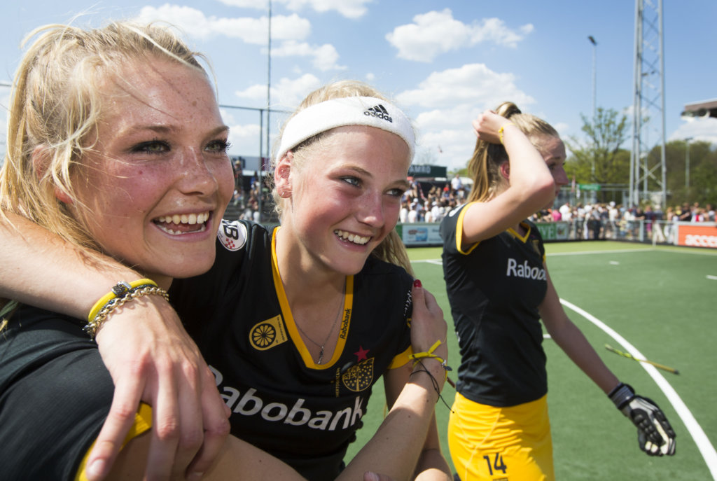 AMSTELVEEN - Vreugde bij de speelsters Sian Keil en Yibbi Janssen van Den Bosch na het winnen van de finale van de hoofdklasse hockeycompetitie tussen de vrouwen van Amsterdam en Den Bosch (0-1) . ANP KOEN SUYK